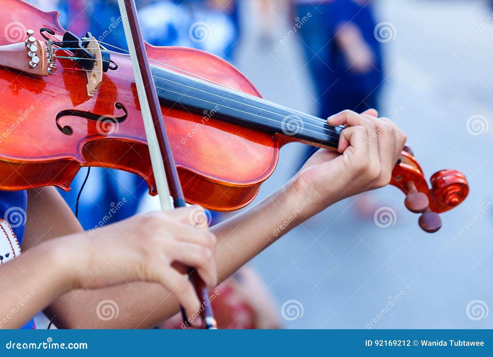 Violino, mão nas cordas de um violino