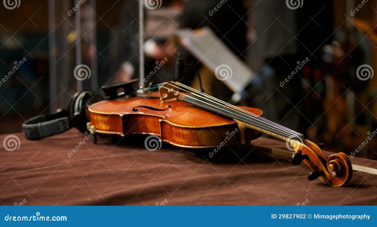 Violino no estúdio da música com auscultadores