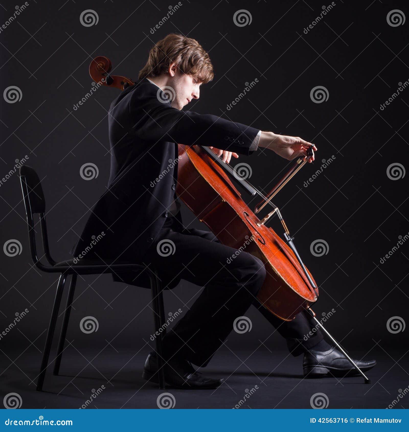 Violoncelista que juega en el violoncelo