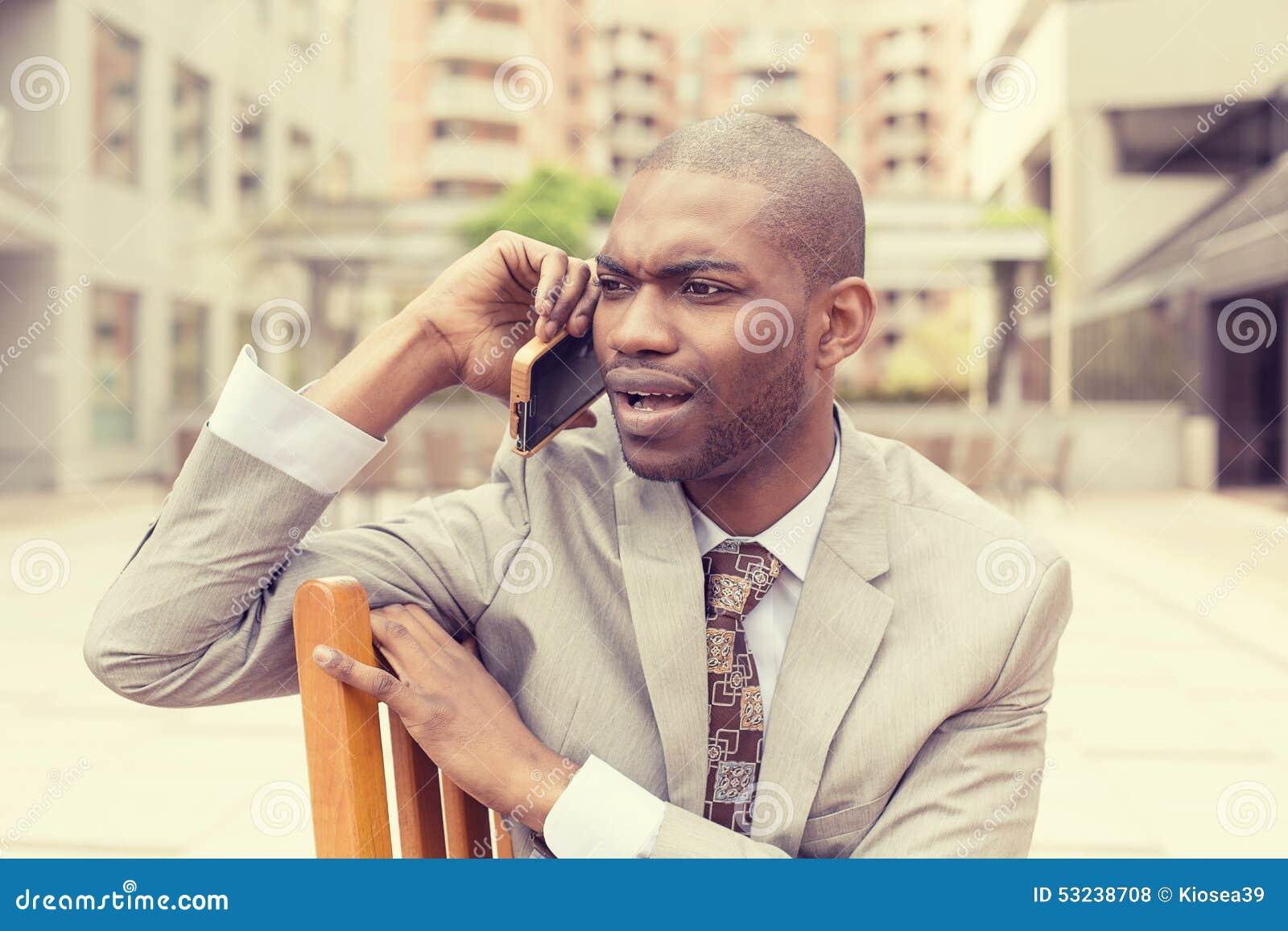 Virada infeliz triste, homem cético que fala no telefone