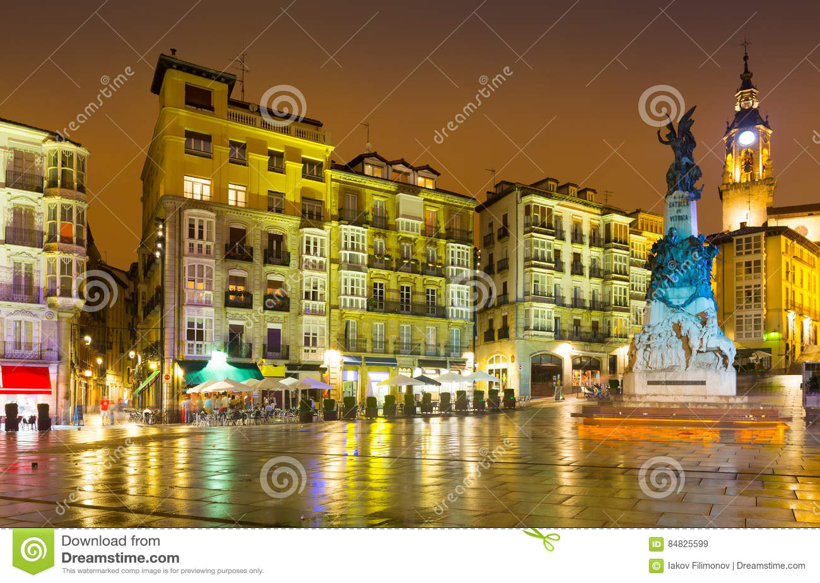 Virgen Blanca Square in avondtijd Vitoria-Gasteiz