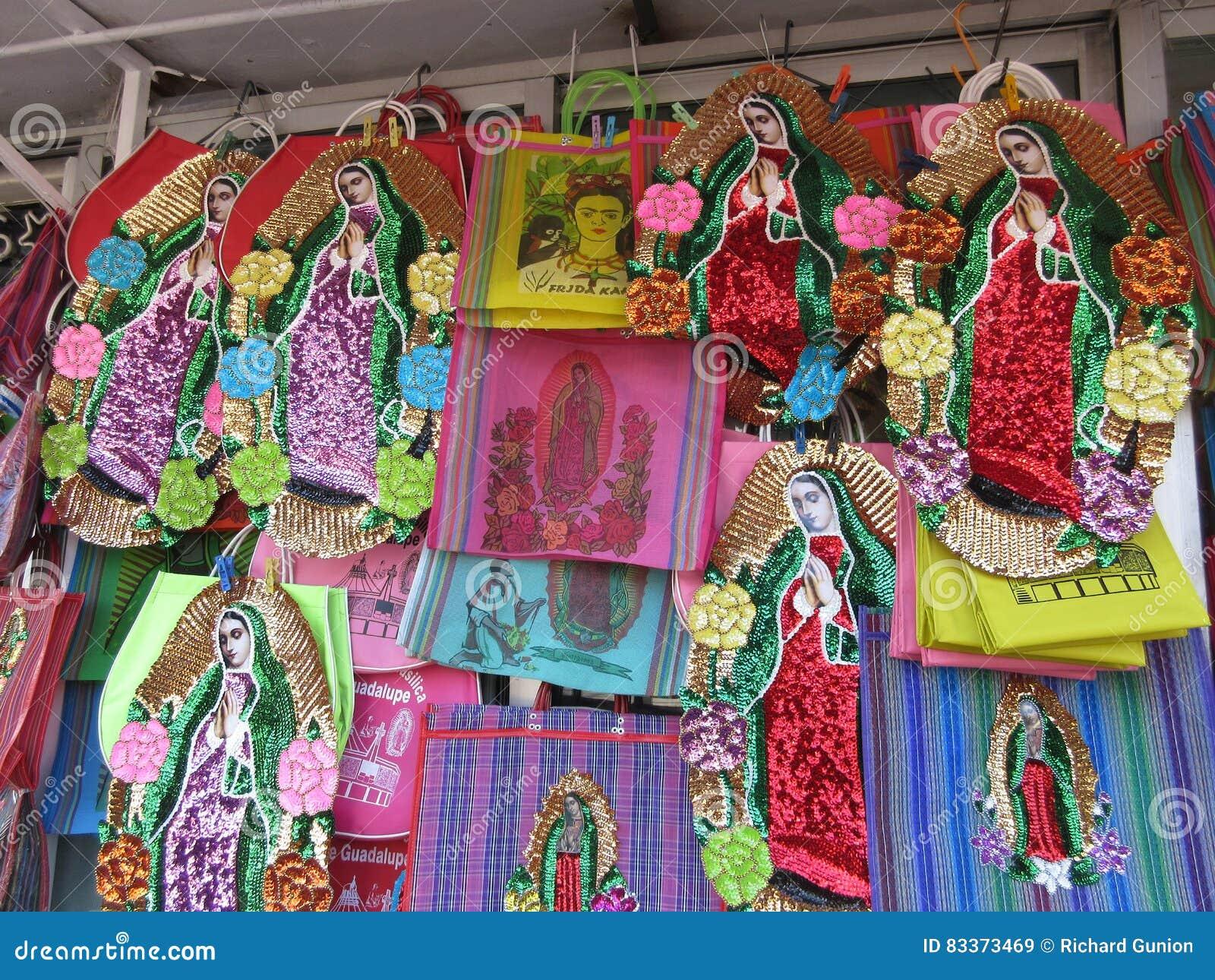 736919b4bd6 Foto de los recuerdos de la Virgen María para la venta en el chalet de  Guadalupe del la en Ciudad de México céntrica en 12 27 16 después de la  Navidad El ...