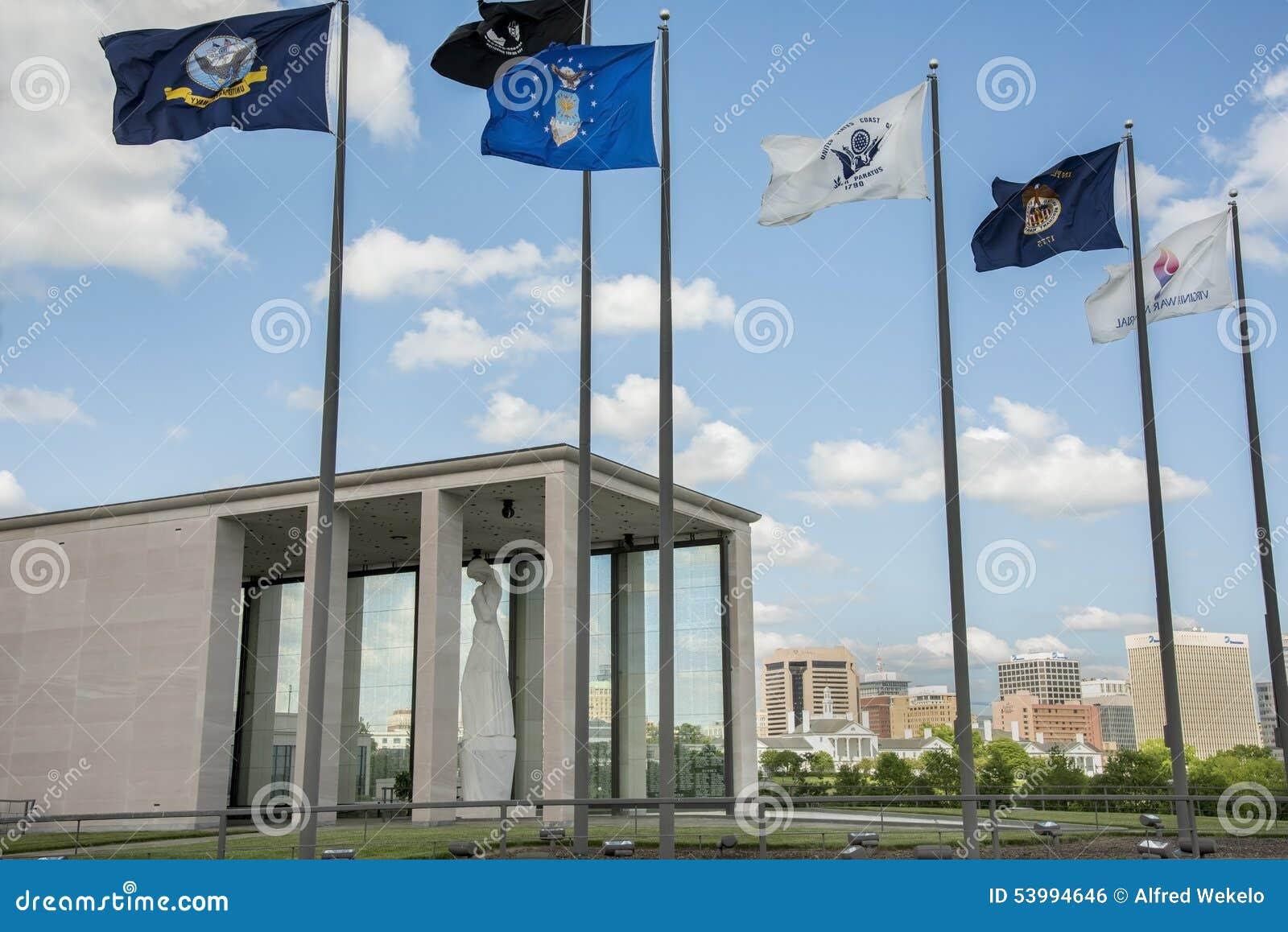 Virginia War Memorial y Richmond Skyline