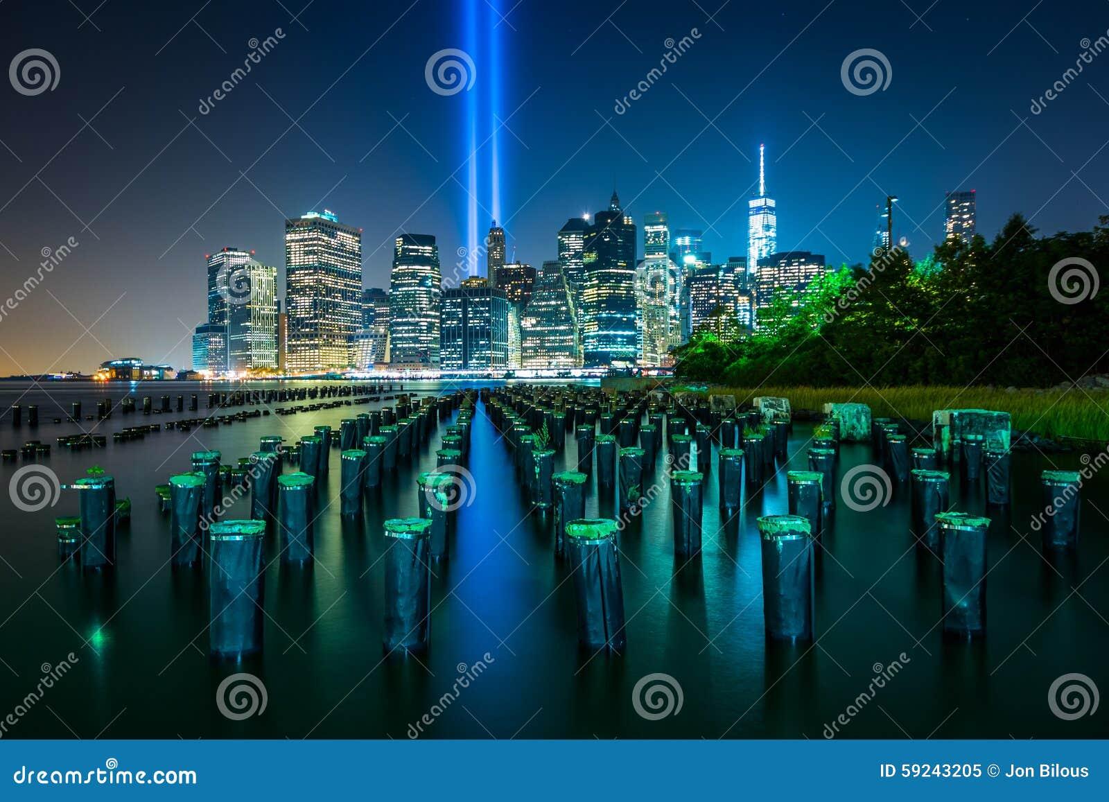 Virutas del embarcadero y el tributo en luz sobre el horizonte de Manhattan