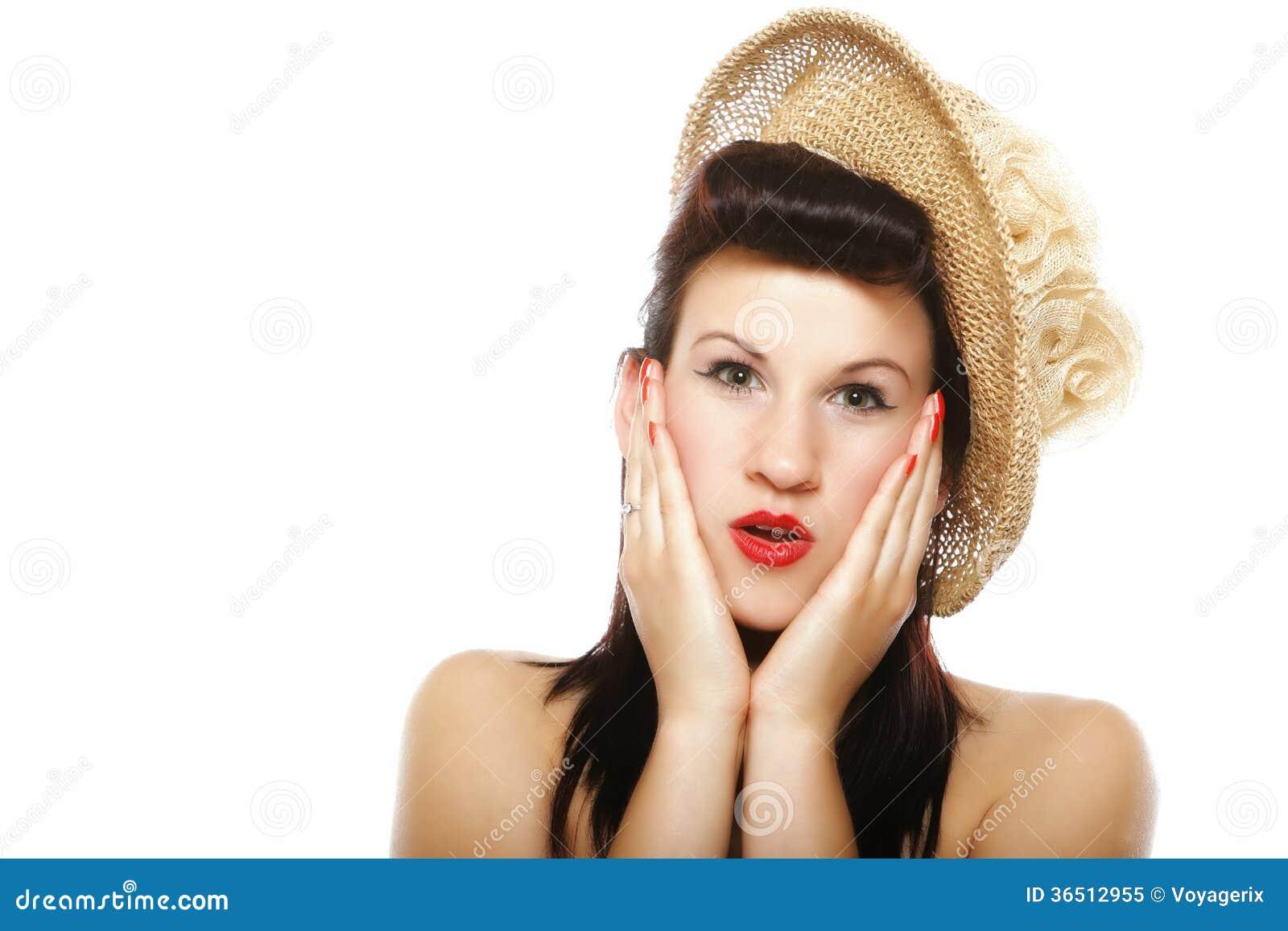 Visage étonné de jeune femme au-dessus de blanc