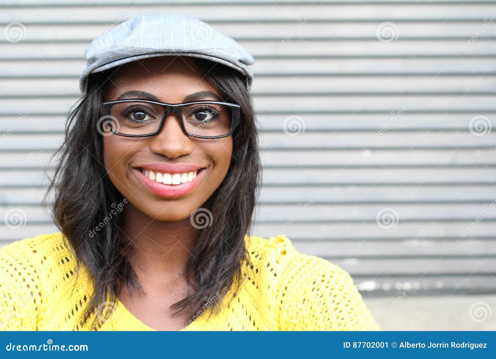 Visage étroit de femelle africaine avec le chapeau en verre et de garçon de journal