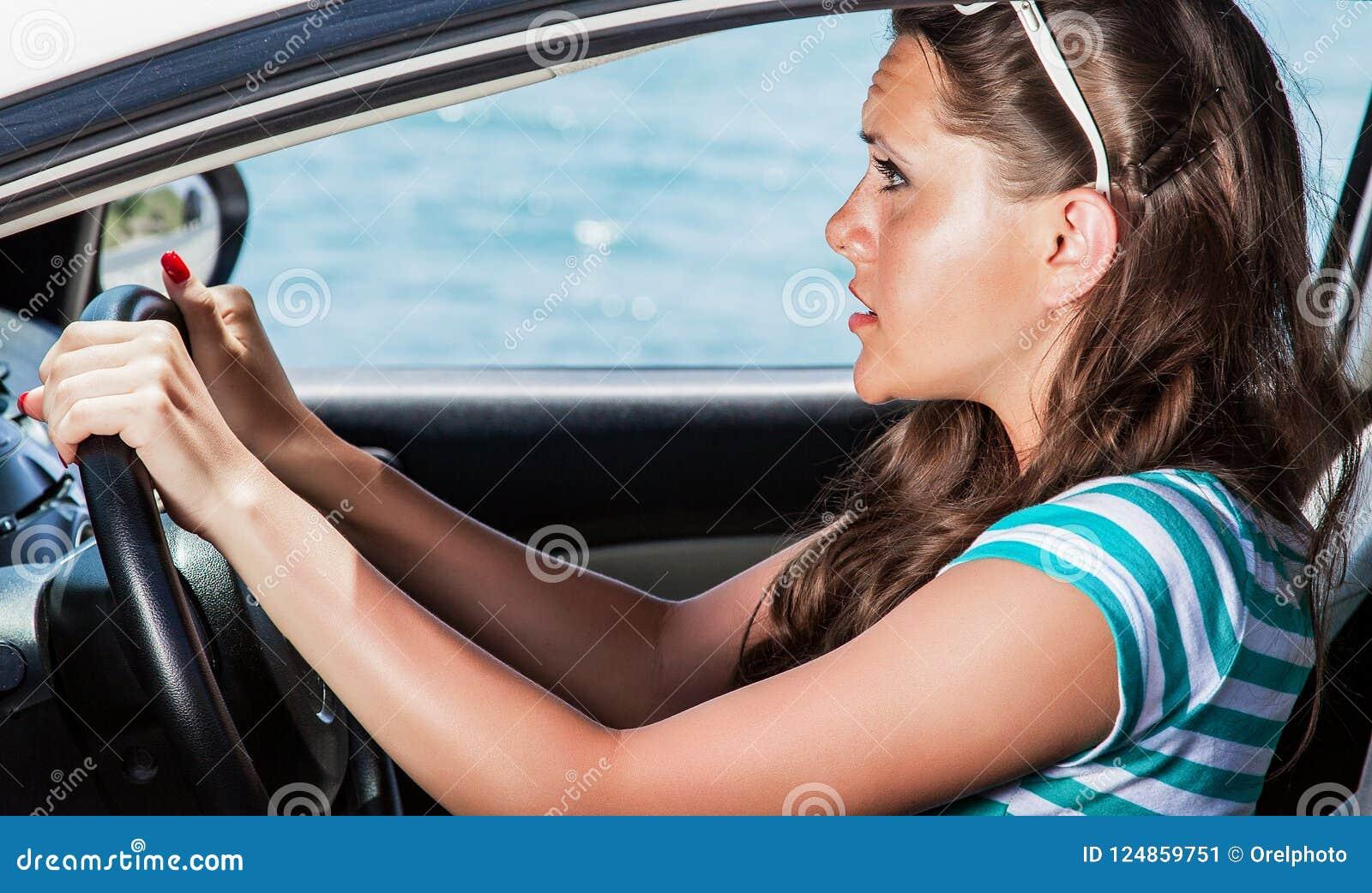 Visage d effroi de femme dans la voiture