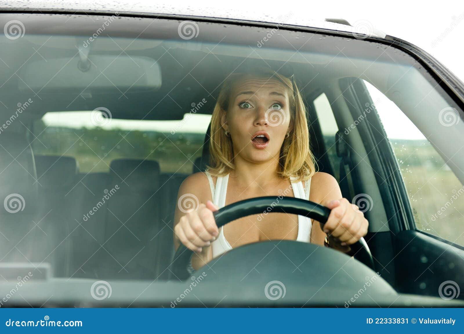 Visage d effroi de femme dans le véhicule