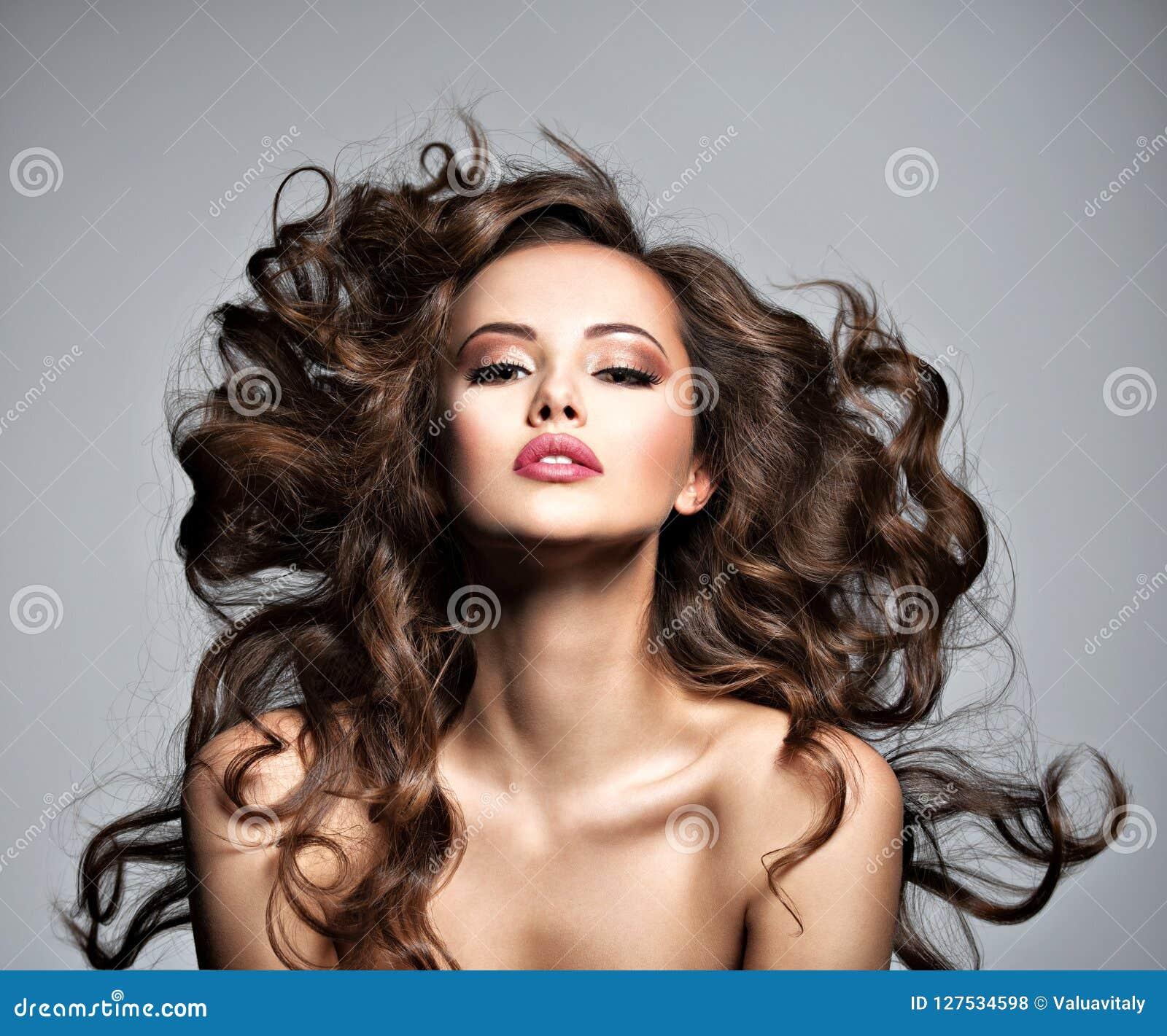 Visage d une belle femme avec de longs cheveux de vol