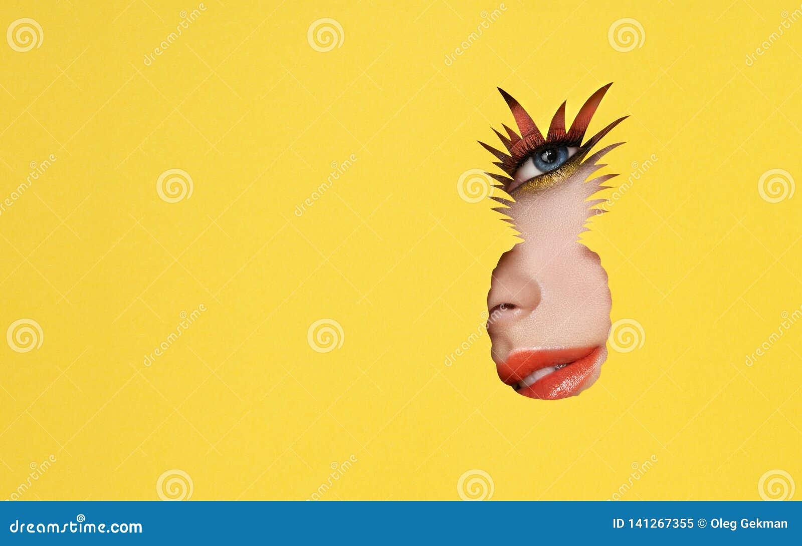 Visage d une jeune belle femme avec un maquillage de beauté