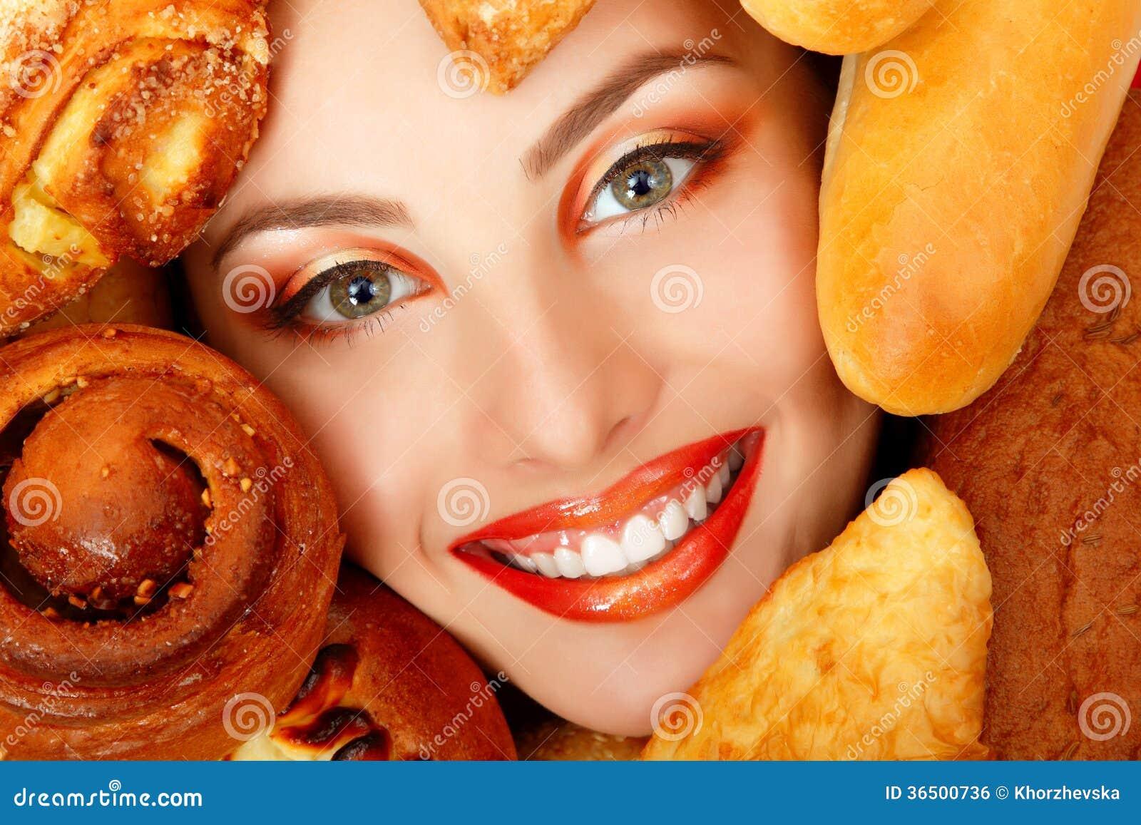 Visage de beauté de femme avec la nourriture de cuisson de petit pâté de petit pain de pain