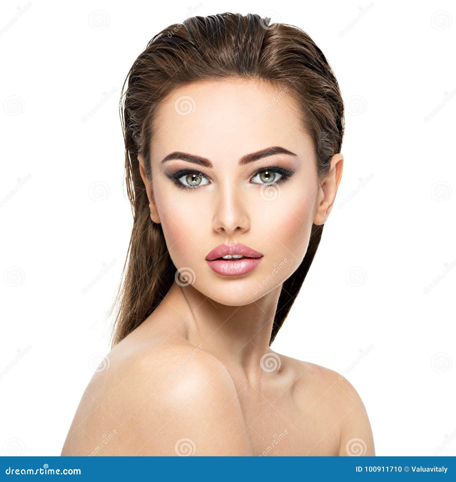 Visage de beauté de la jeune belle femme