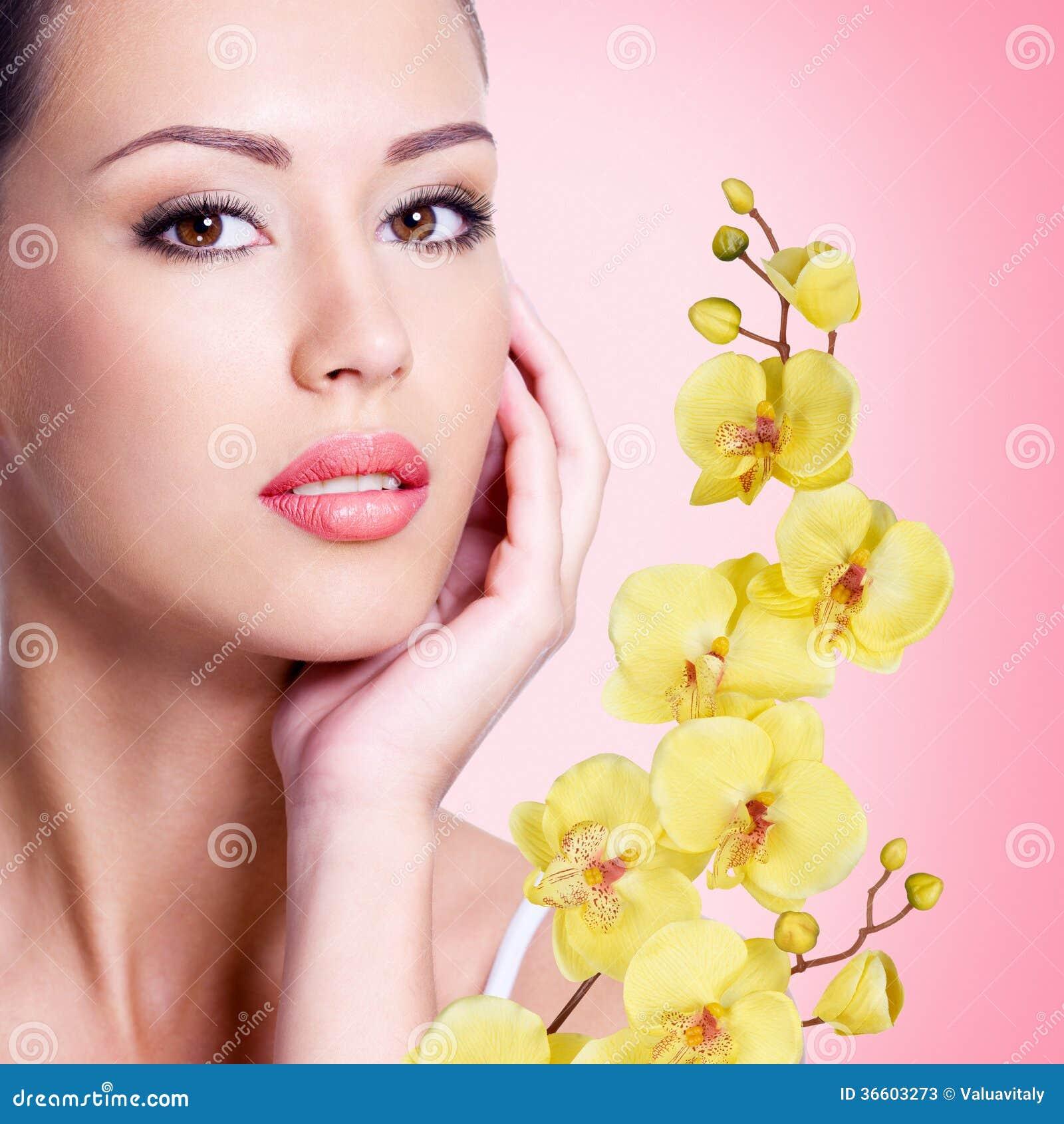 visage de belle femme avec une fleur photos stock image 36603273. Black Bedroom Furniture Sets. Home Design Ideas