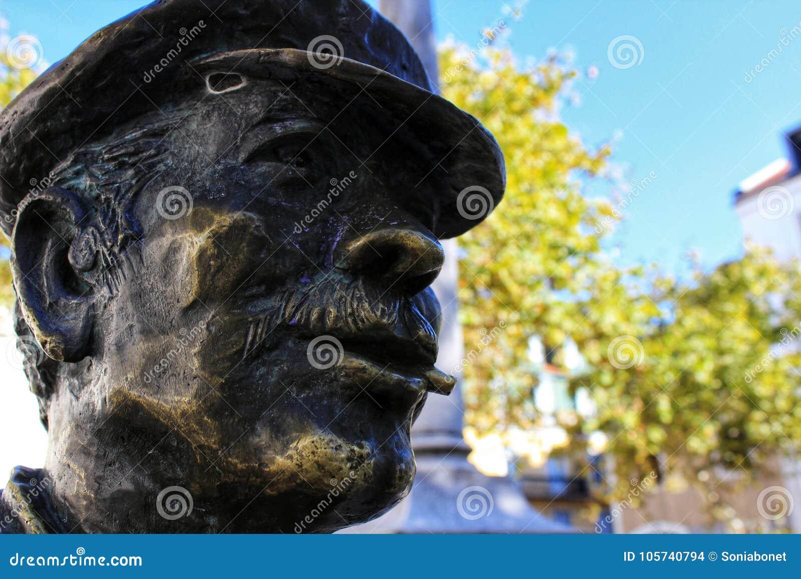 Visage de bronze dans la rue de Lisbonne