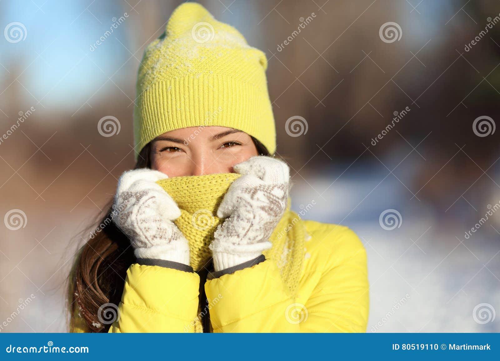 Visage de congélation de bâche de femme d hiver du froid