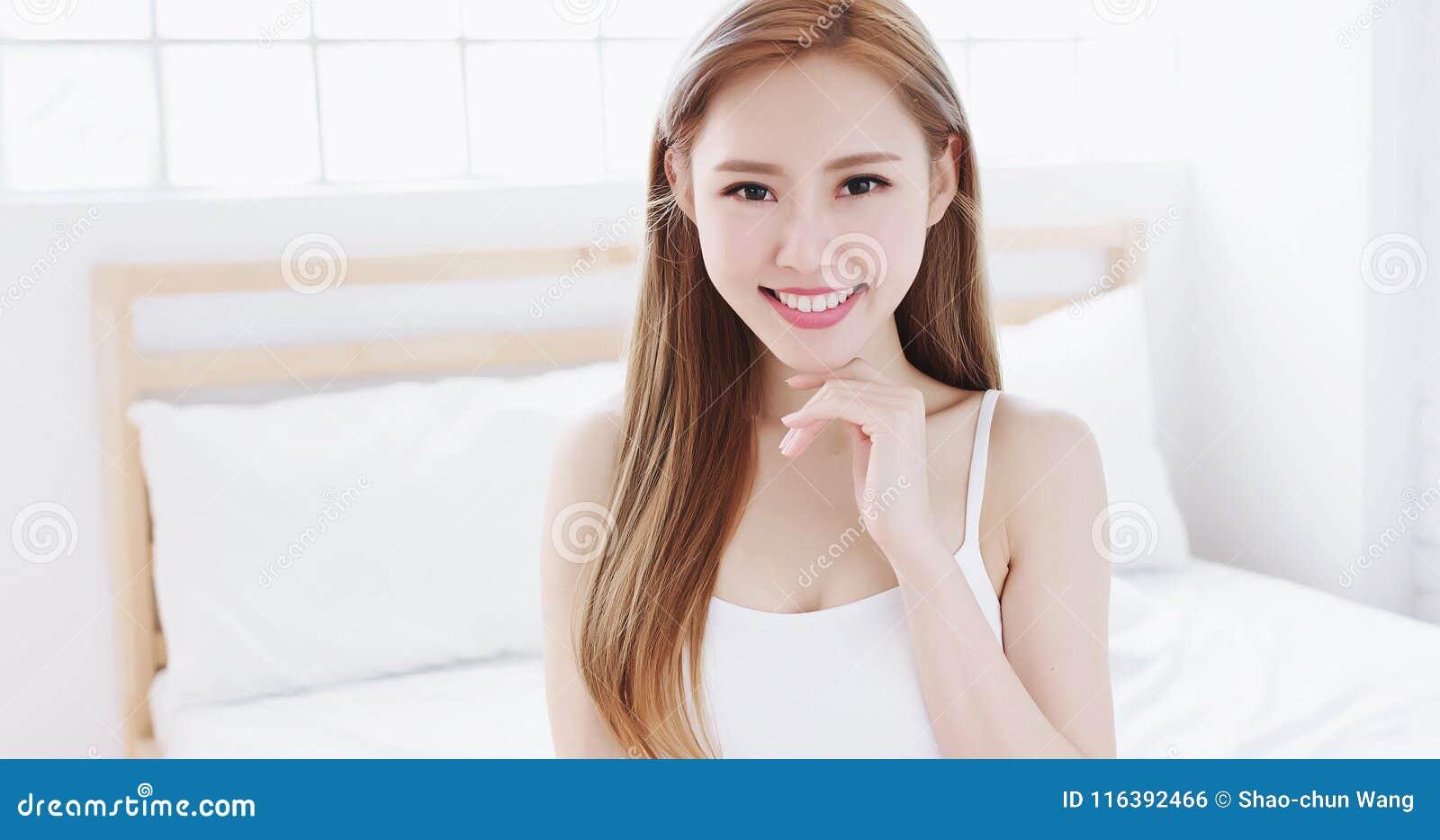Visage de contact de femme