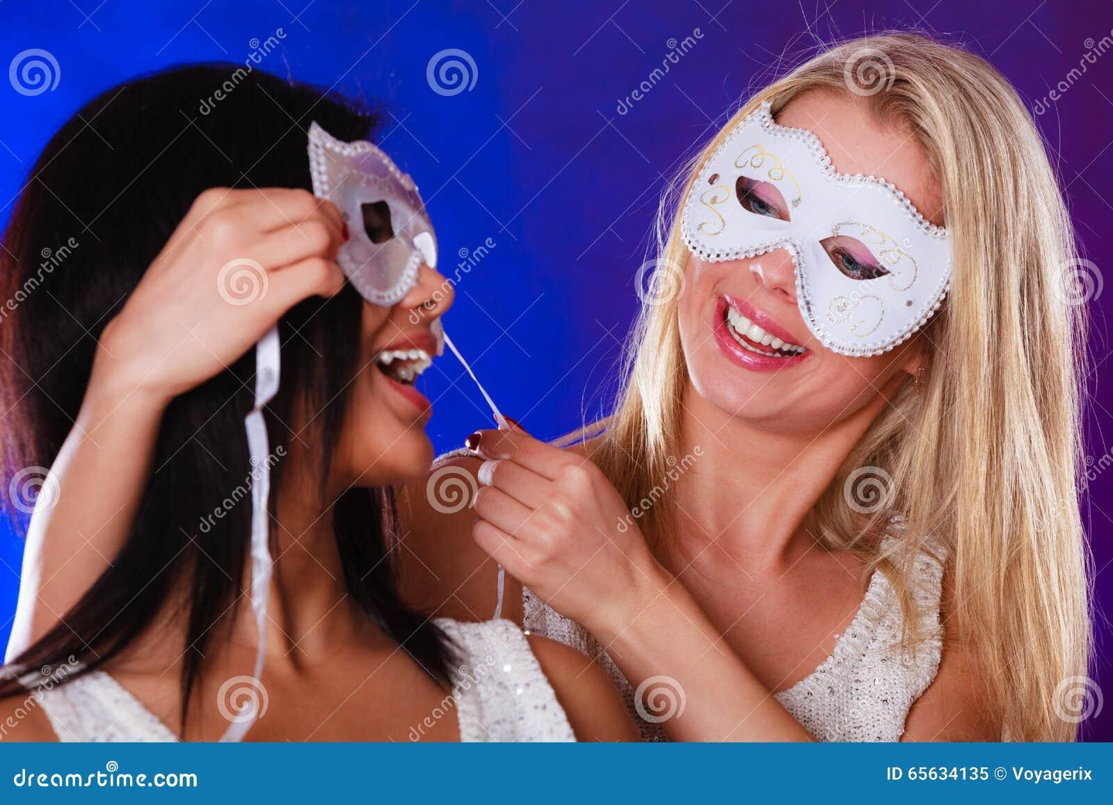Visage de deux femmes avec les masques vénitiens de carnaval