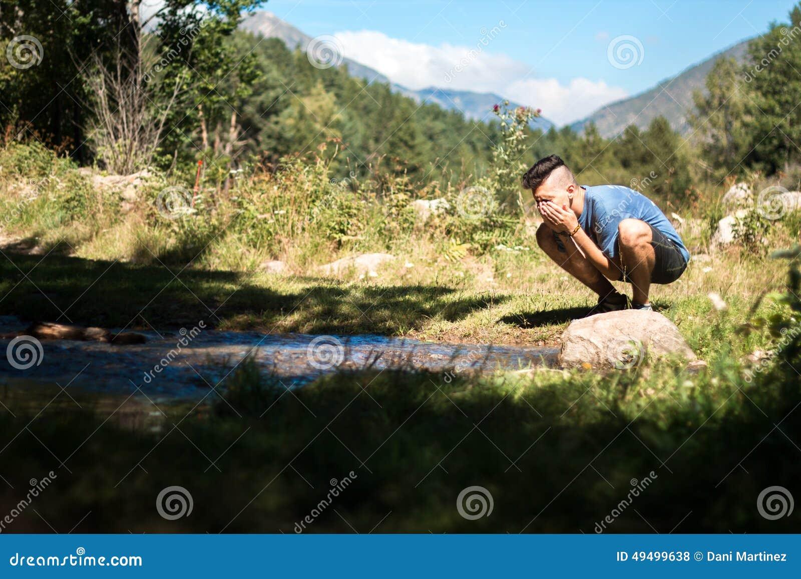 Visage de lavage en rivière