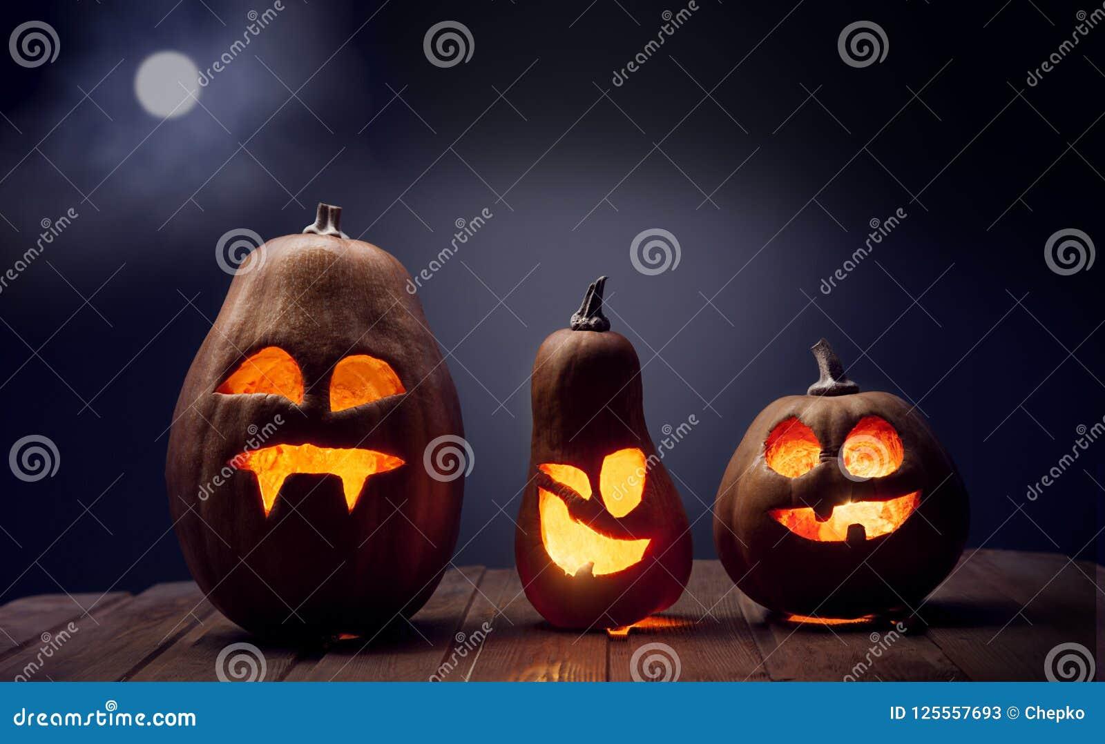 Visage de potiron de Halloween de lanternes de Jack o sur le fond en bois