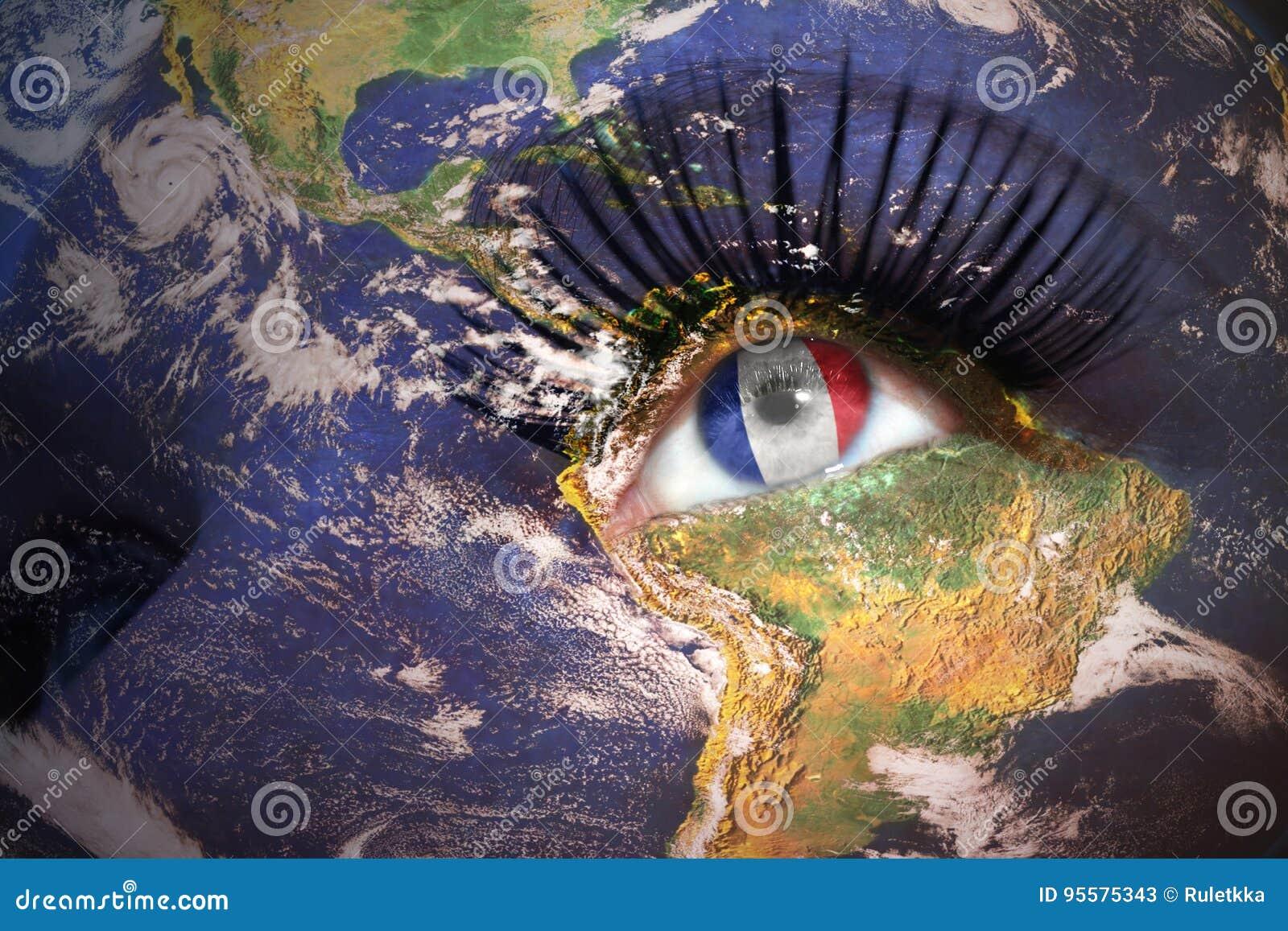 Visage du ` s de femme avec la texture de la terre de planète et drapeau français à l intérieur de Th