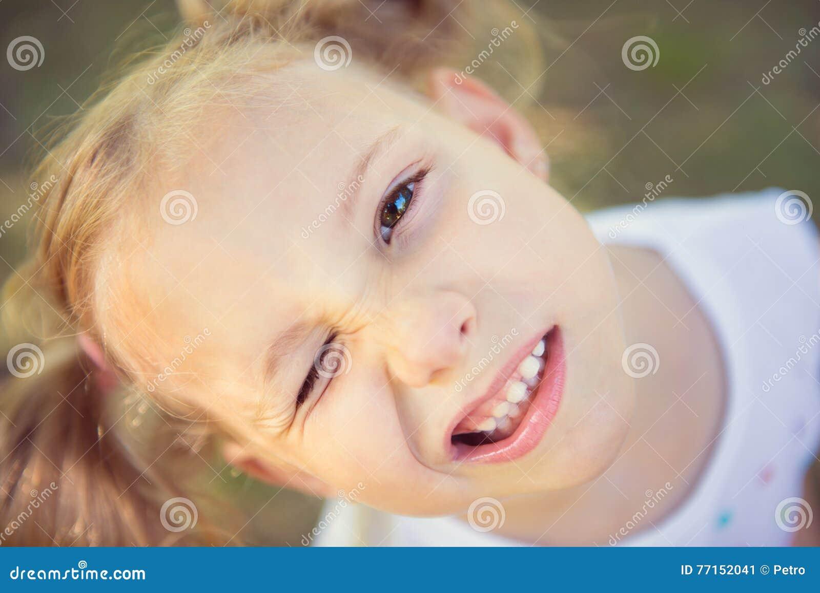 Visage enthousiaste de jolie fille en parc d été