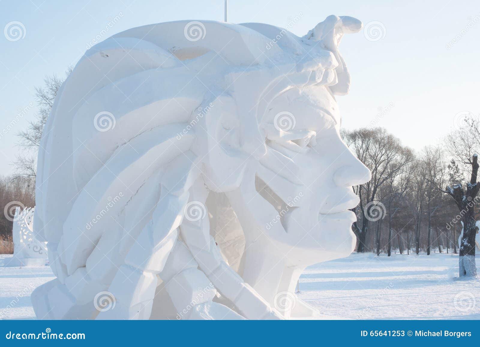 Visage géant avec de longs cheveux faits en neige