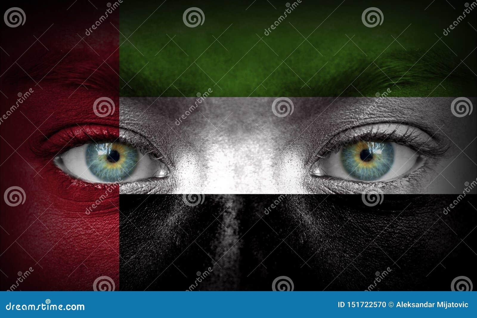 Visage humain peint avec le drapeau des Emirats Arabes Unis