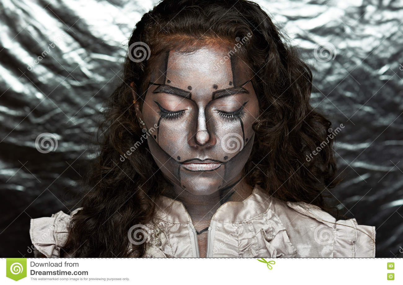 Visage métallique des femmes
