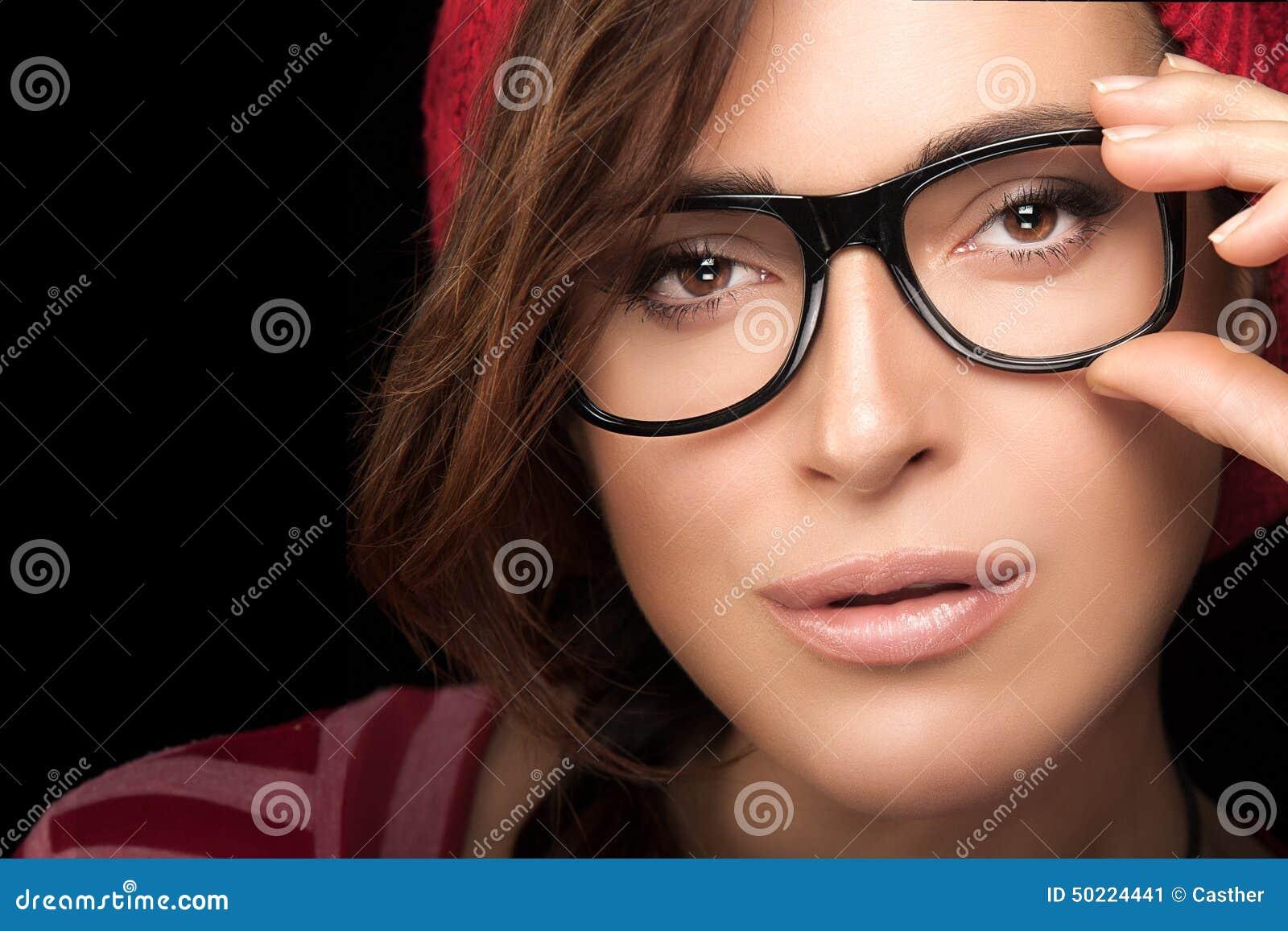 f81f9e3c922d97 Fermez-vous vers le haut de la jeune femme magnifique tenant ses lunettes  tout en regardant l appareil-photo Refroidissez le portrait à la mode d  Eyewear ...