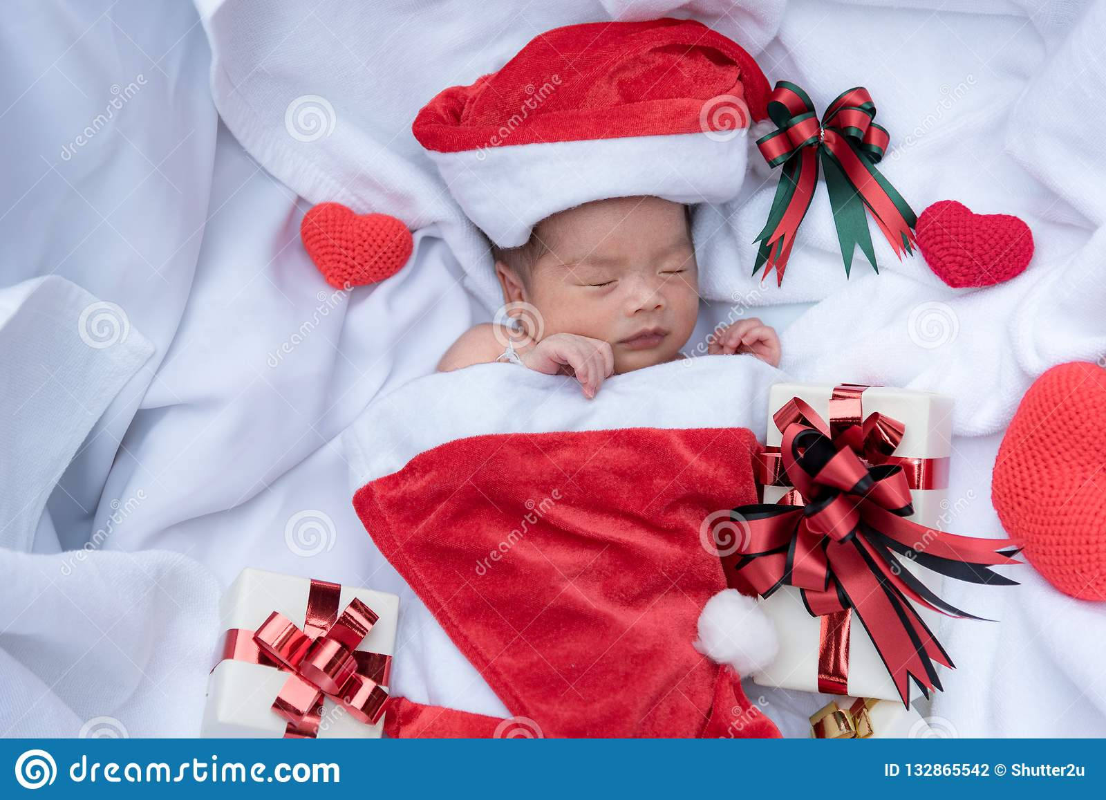 86322b510104c Visage nouveau-né de bébé de sommeil dans le chapeau de Noël avec le boîte