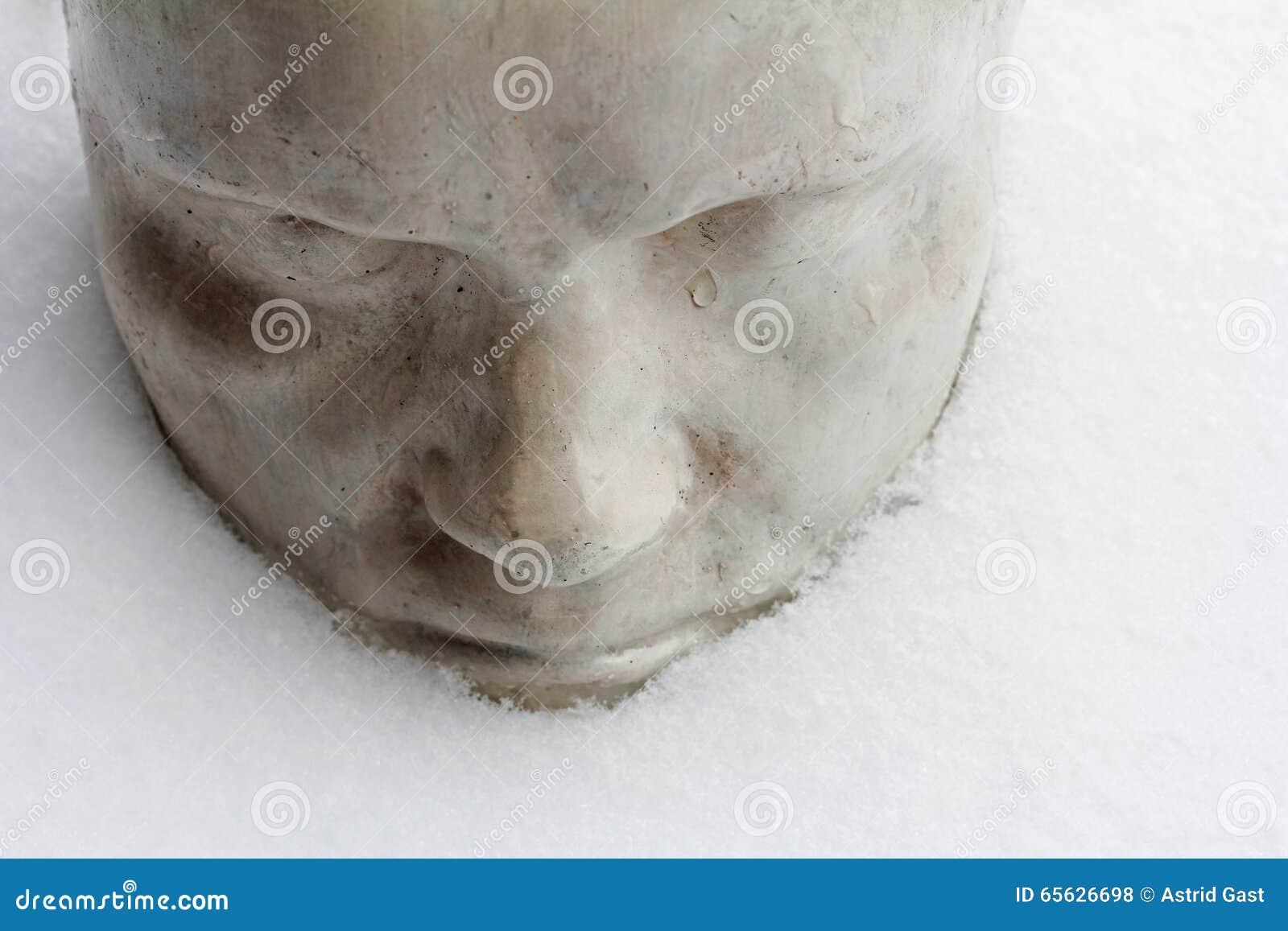 Visage pleurant triste dans la neige froide