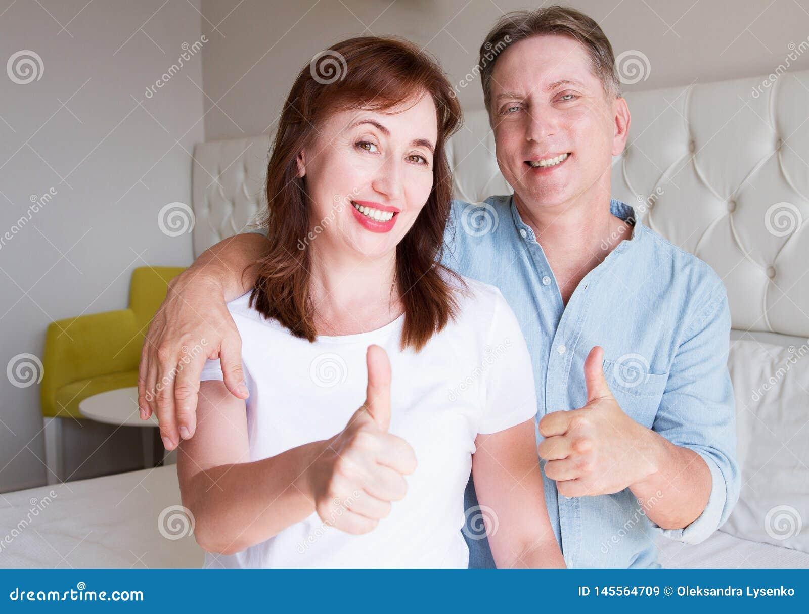 Visages heureux de personnes de plan rapproch? Couples de sourire de Moyen ?ge ? la maison Week-end de temps d amusement de famil