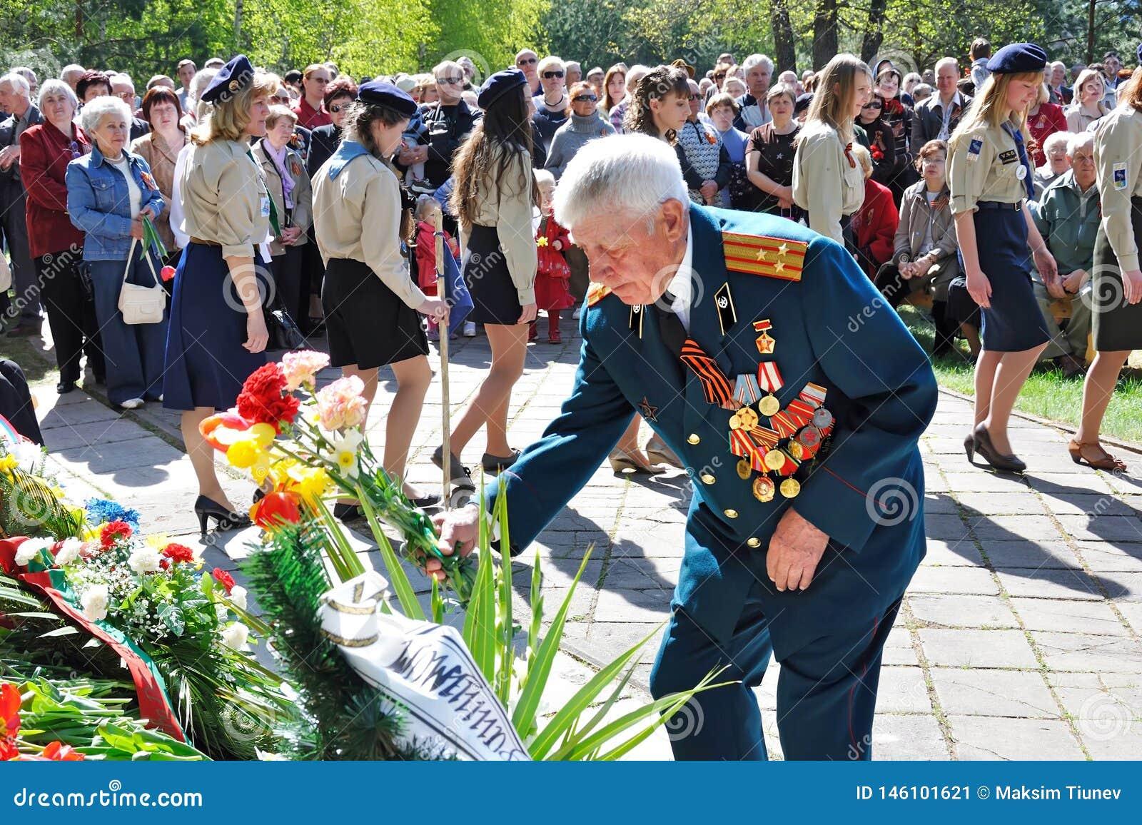 VISAGINAS, LITOUWEN - MEI 09, 2011: Een veteraan van de Grote Patriottische Tweede Wereldoorlog in de rang van kolonel in eenvorm
