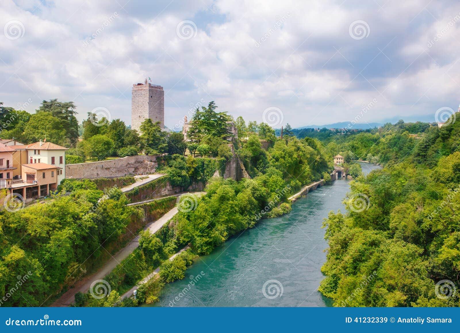 Visconti-Schloss und Adda-Fluss in Trezzo-sull Adda
