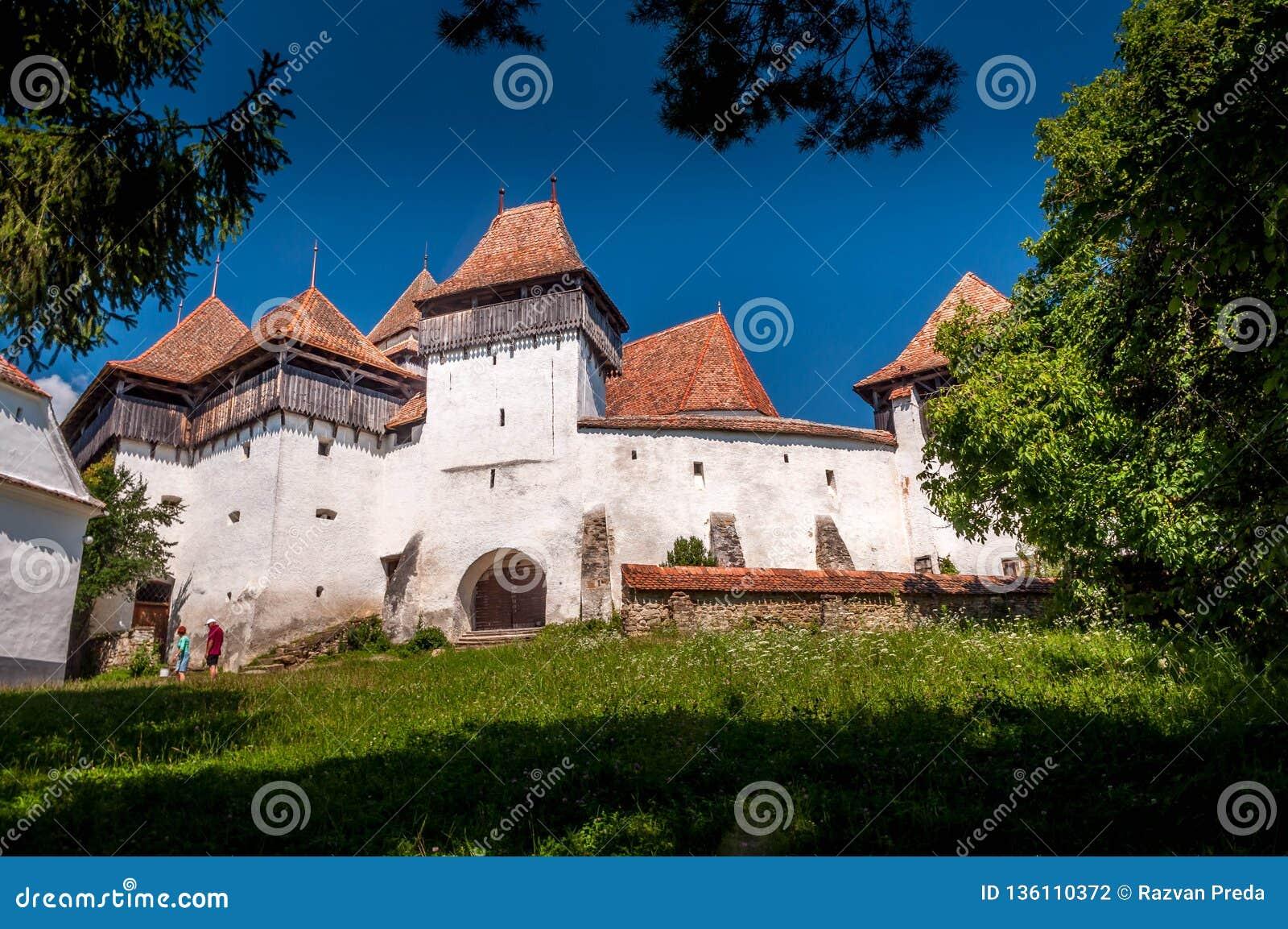 Viscri a enrichi l église - site de patrimoine mondial de l UNESCO Roumanie