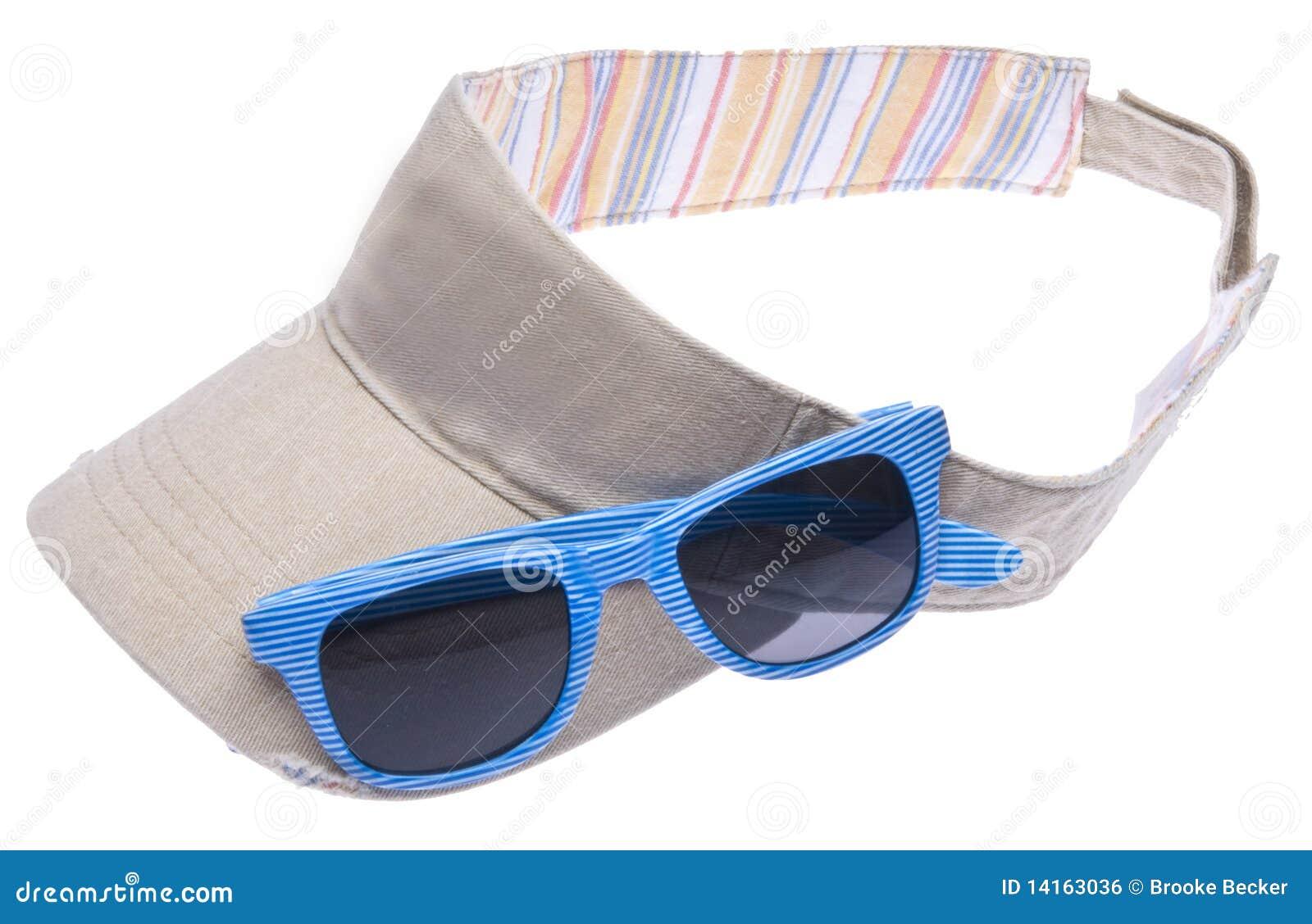Viseira de sol colorida neutra com os óculos de sol azuis brilhantes  isolados no branco com um trajeto de grampeamento. 501a3346680