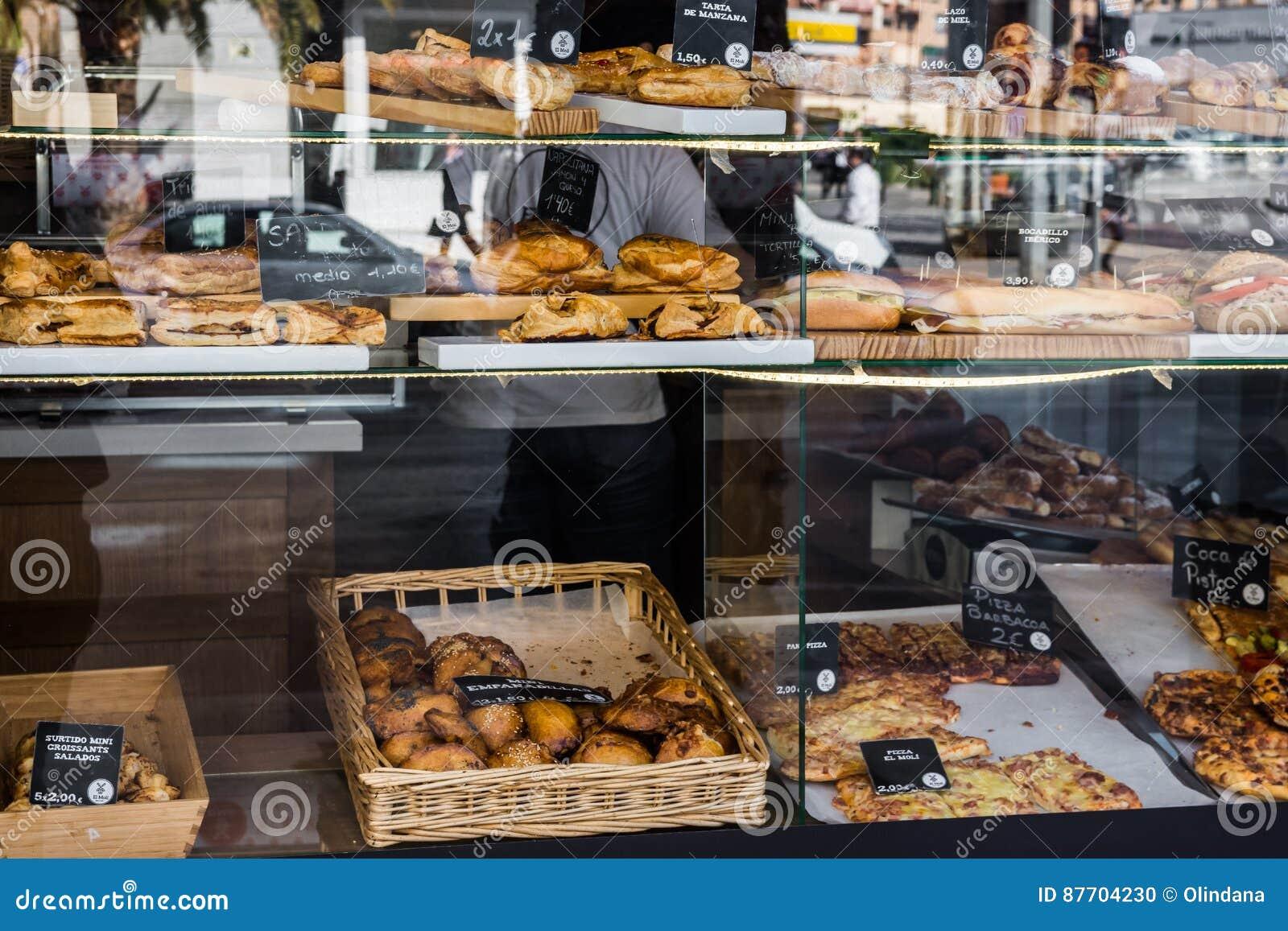 Viseur de boulangerie et de boutique de pâtisserie avec la variété de pains, tartes, empanadas espagnols traditionnels