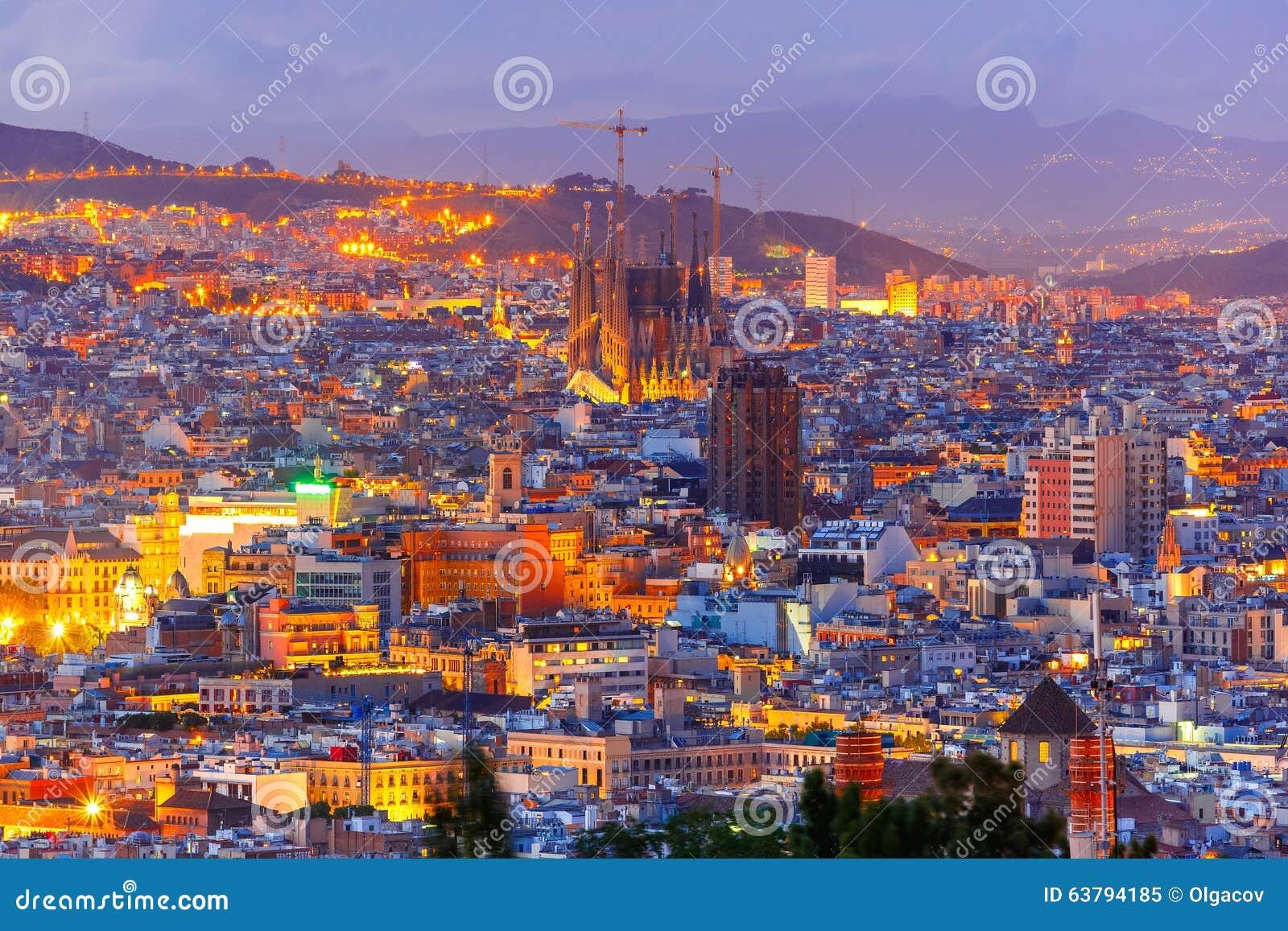 Visión aérea Barcelona en la noche, Cataluña, España