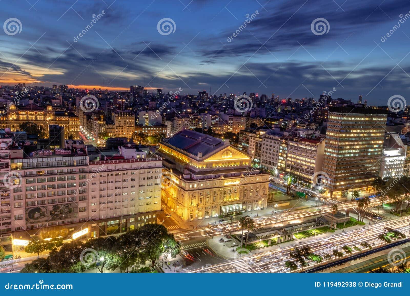 Visión aérea 9 de Julio Avenue en la noche - Buenos Aires, la Argentina