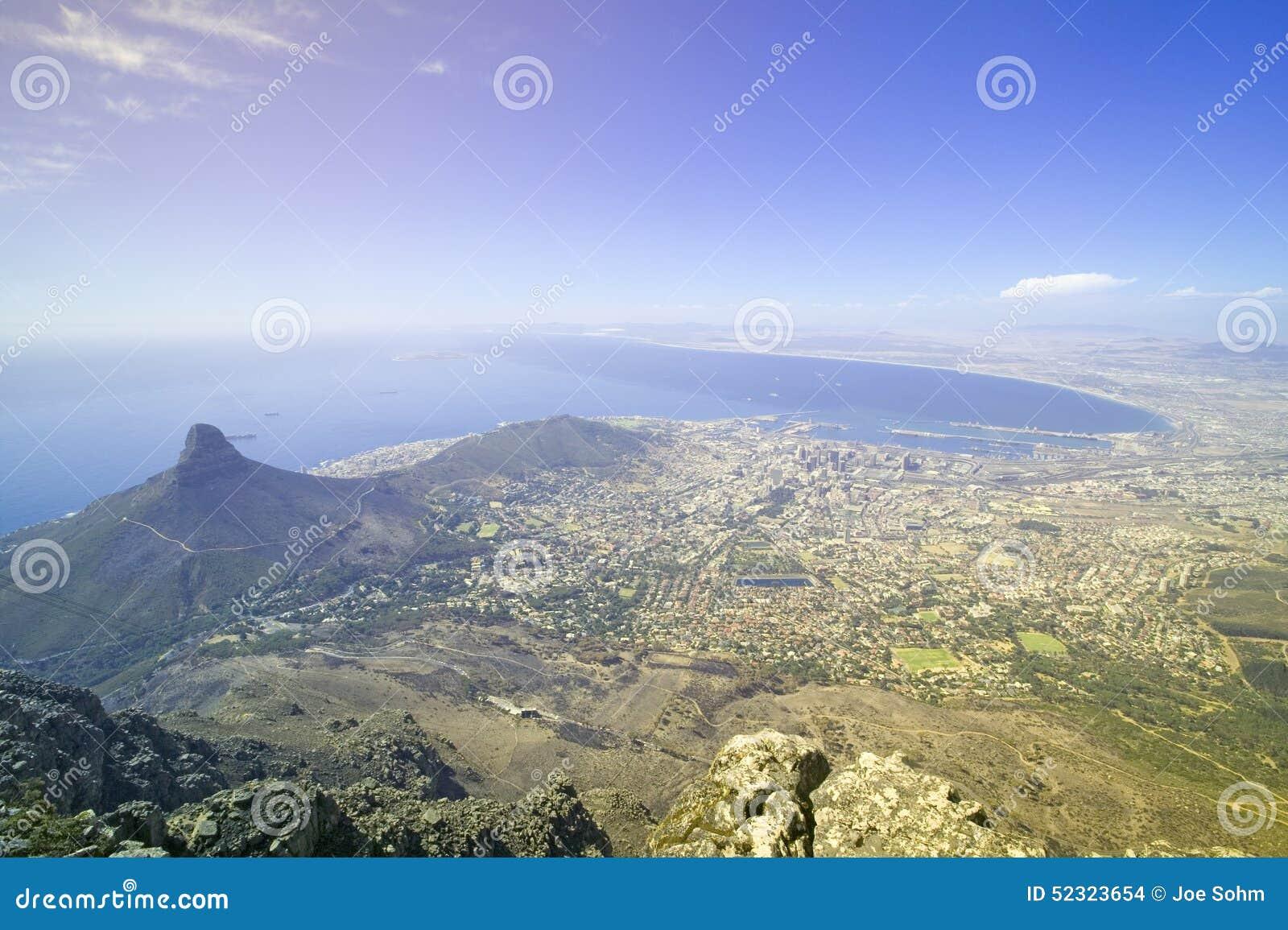 Visión aérea desde la montaña de la tabla que pasa por alto la costa céntrica y el puerto, Suráfrica de Cape Town