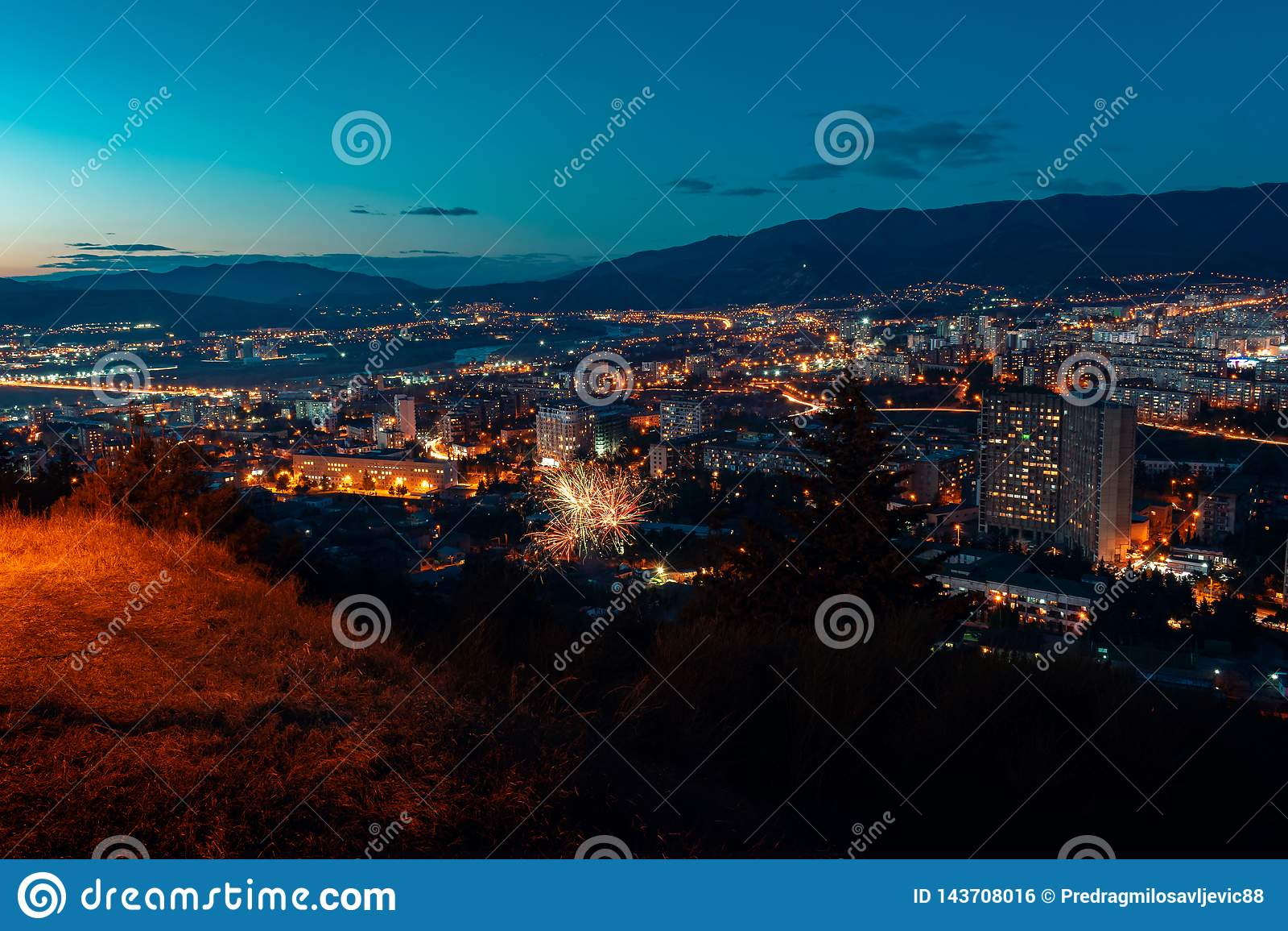 Visión aérea, opinión del paisaje urbano de la noche con el cielo nocturno visión clara natural con los fuegos artificiales sobre