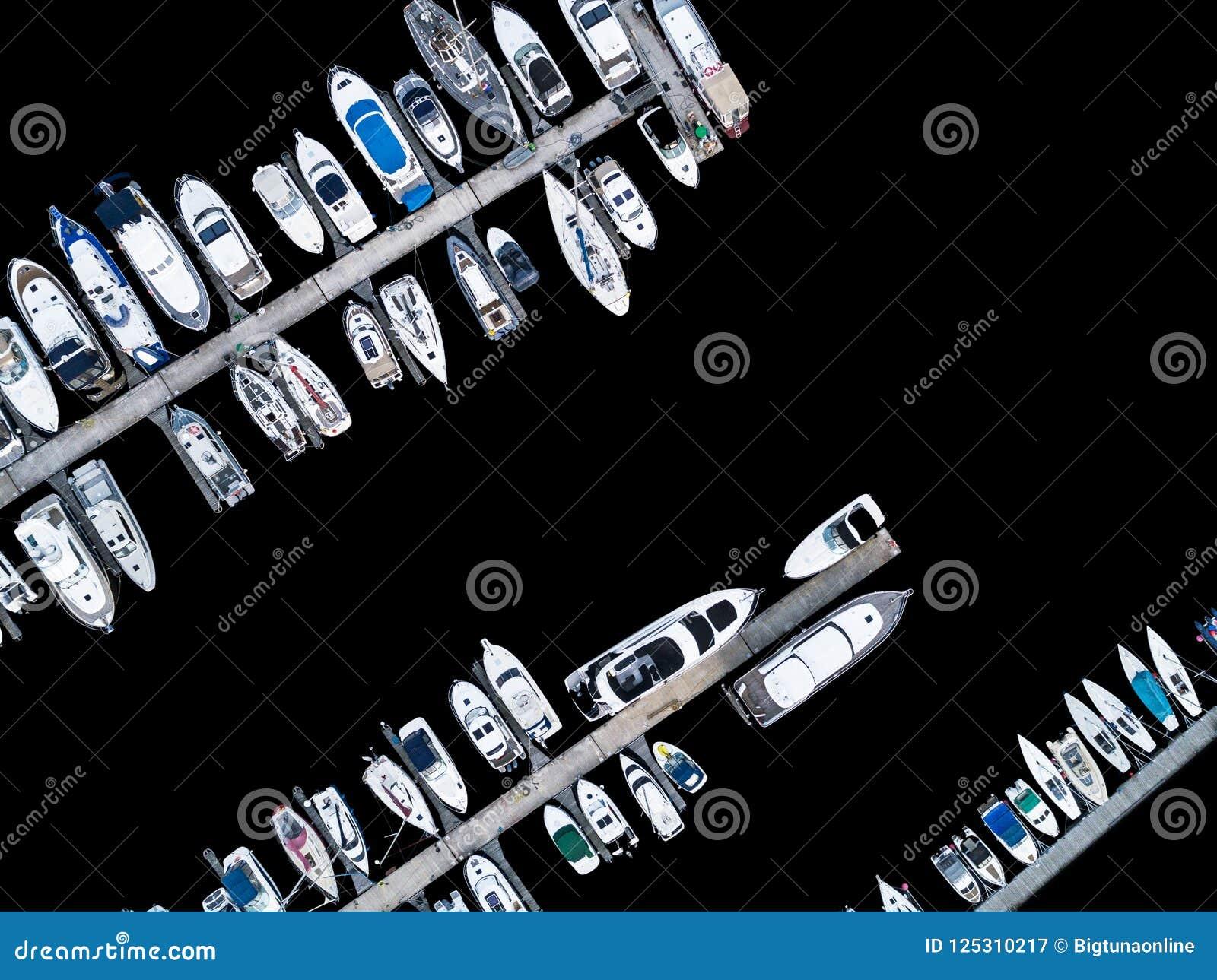 Visión aérea por el abejón del club náutico y del puerto deportivo Opinión superior el club náutico Barcos blancos en agua de mar