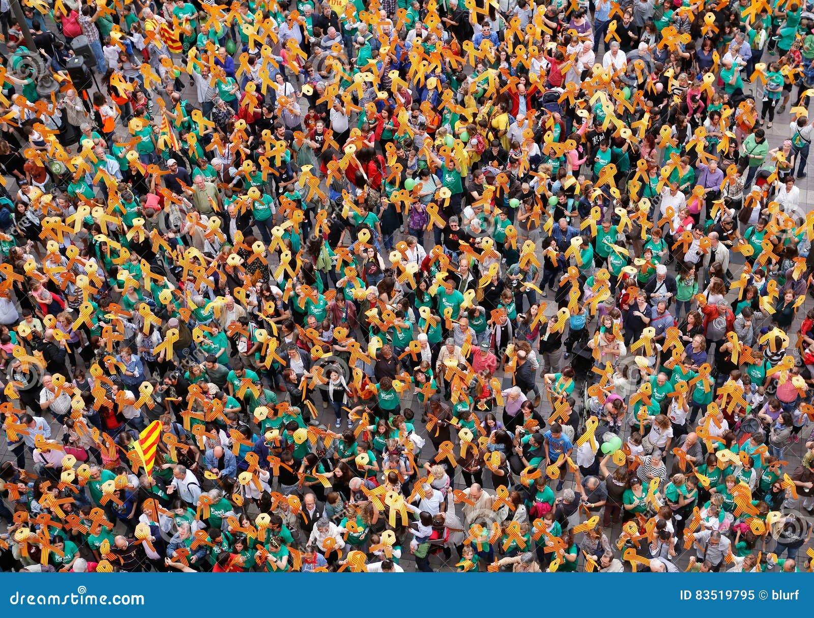 Visión aérea sobre los manifestantes favorable Cataluña y cultura y lengua catalan en la isla española de Mallorca