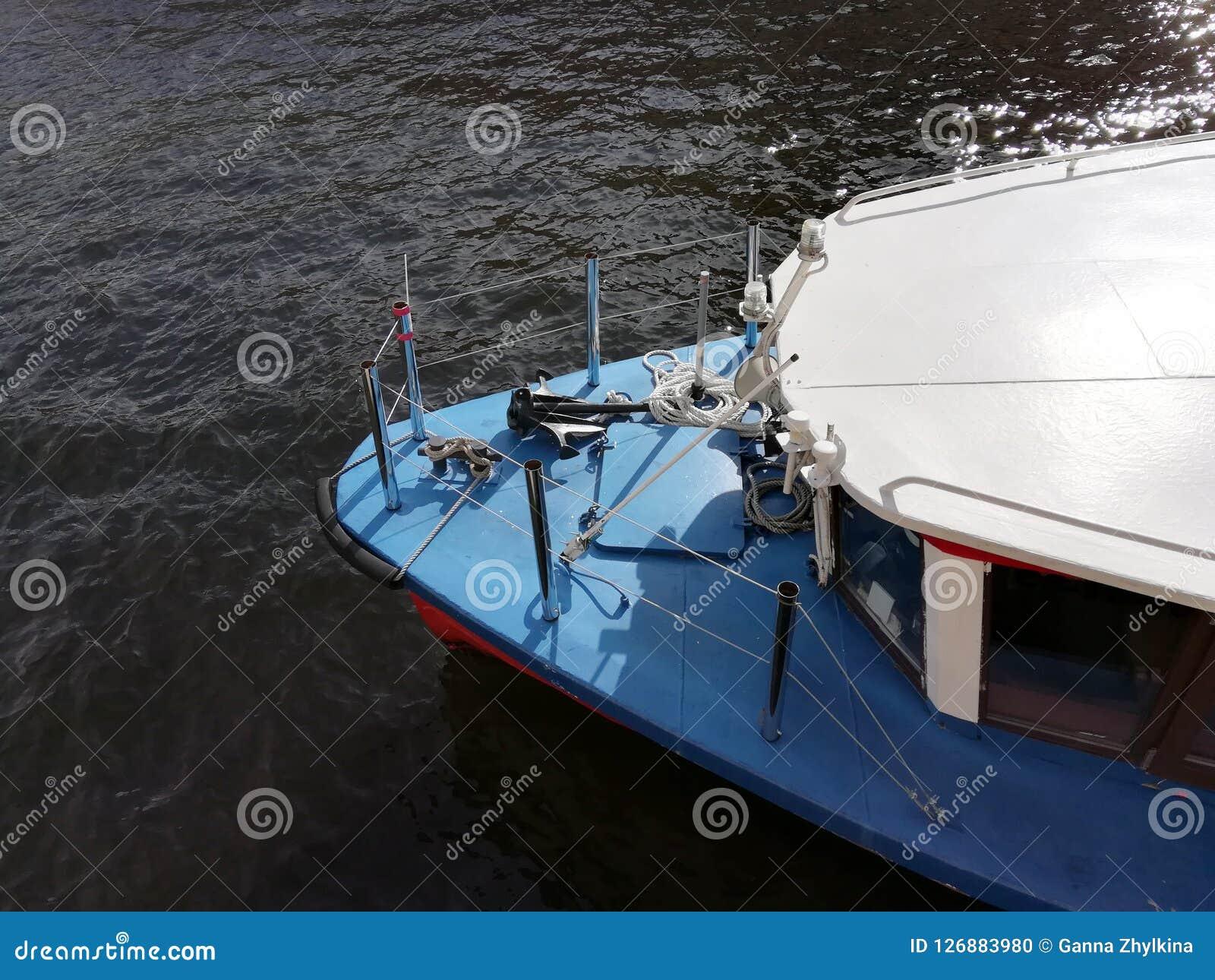 Visión desde arriba de la nariz del barco, yate