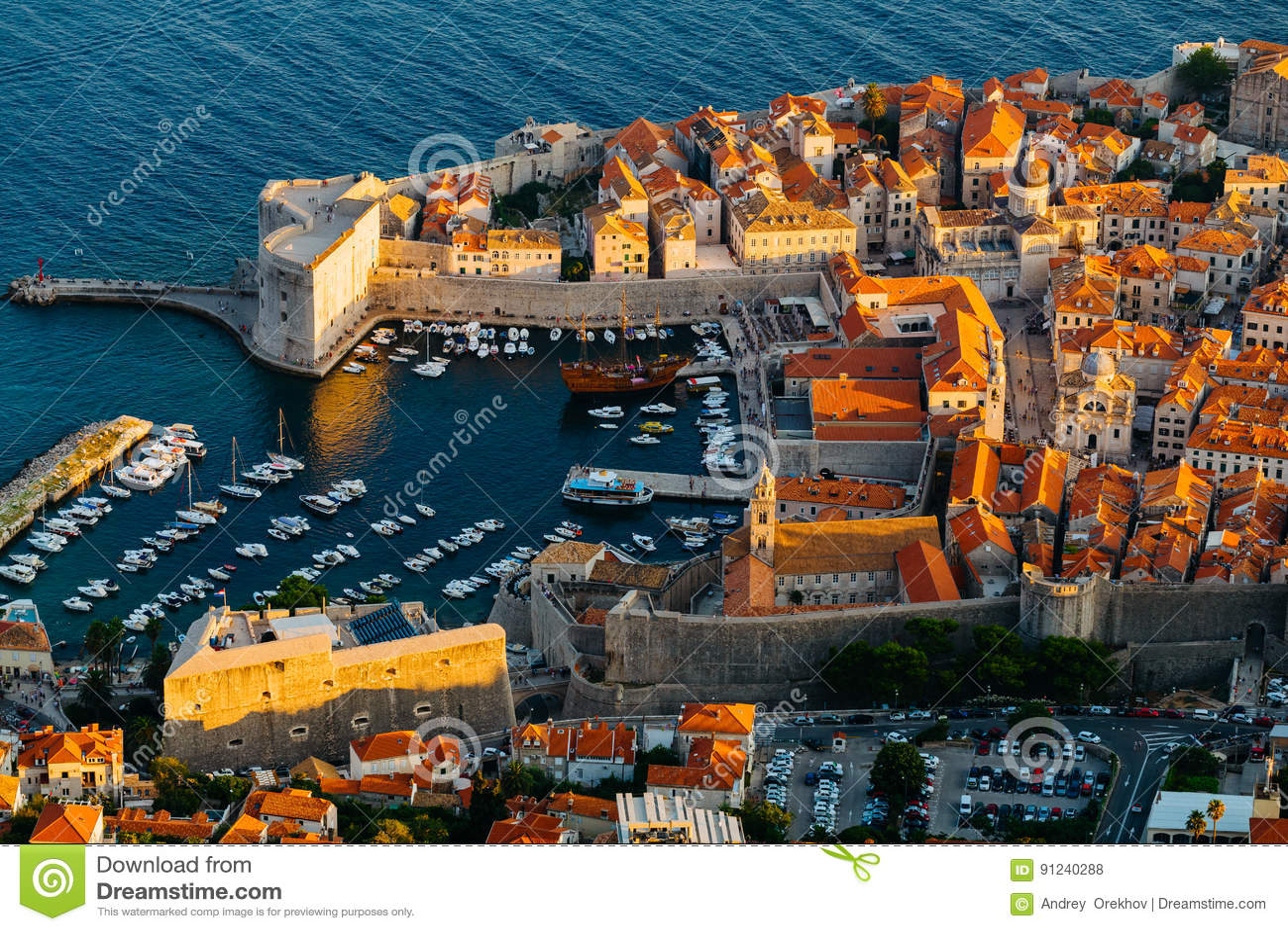 Visión desde arriba del soporte Srdj en la fortaleza de Revelin, el puerto y el fuerte St John de la ciudad en la fortaleza en Du