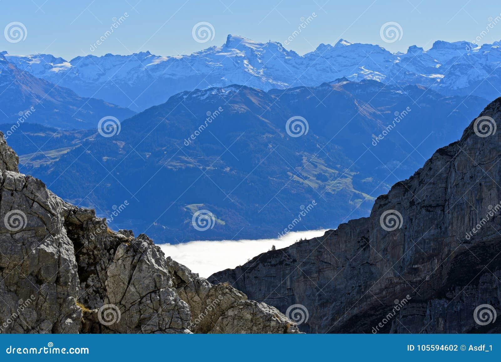 Visión desde el macizo de Pilatus a través del mar otoñal de la niebla al pico de Titlis