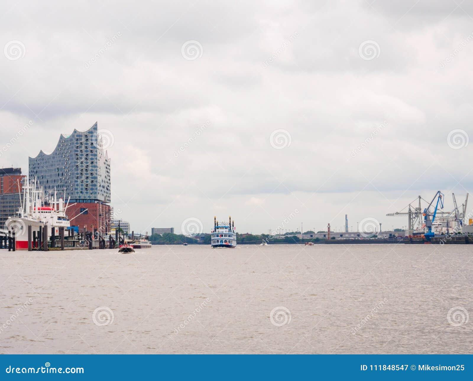 Visión desde el transbordador en el día ocupado del puerto en el puerto Hamburgo