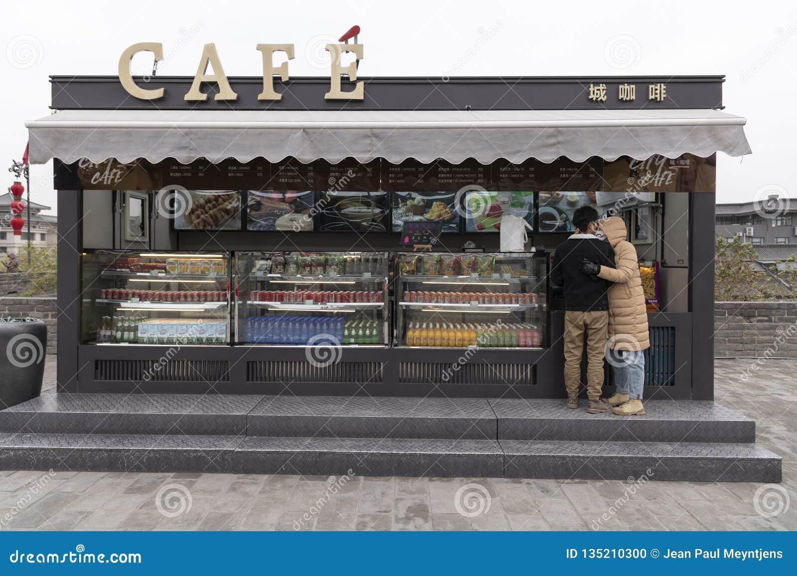 Visión desde la pared de Xi an, de un café y de un par - Imagen de la ciudad