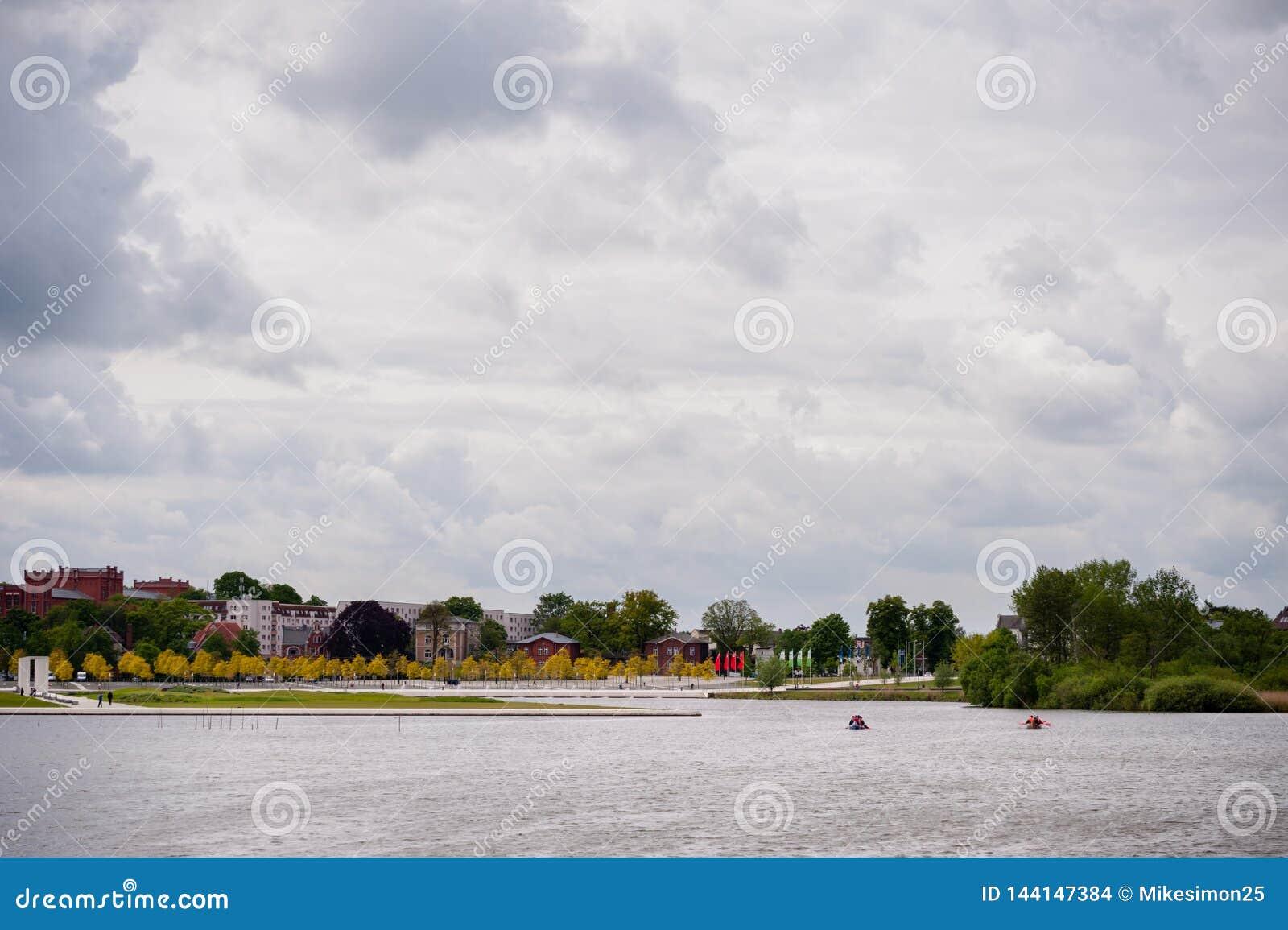 Visión en Burgsee, lago del castillo, en Schwerin, Alemania en el día cubierto