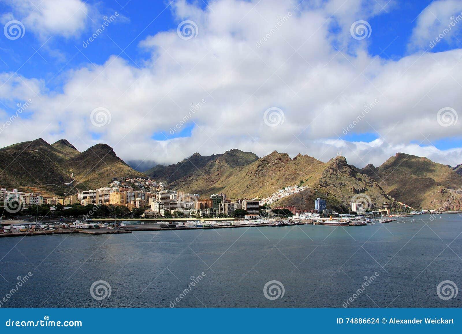 Visión en la cordillera de un barco de cruceros - Santa Cruz de Tenerife, islas Canarias